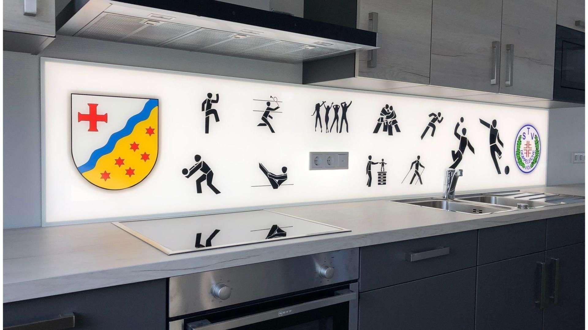 beleuchtetes Cleverglas aus Spitzschutz in einer Küche