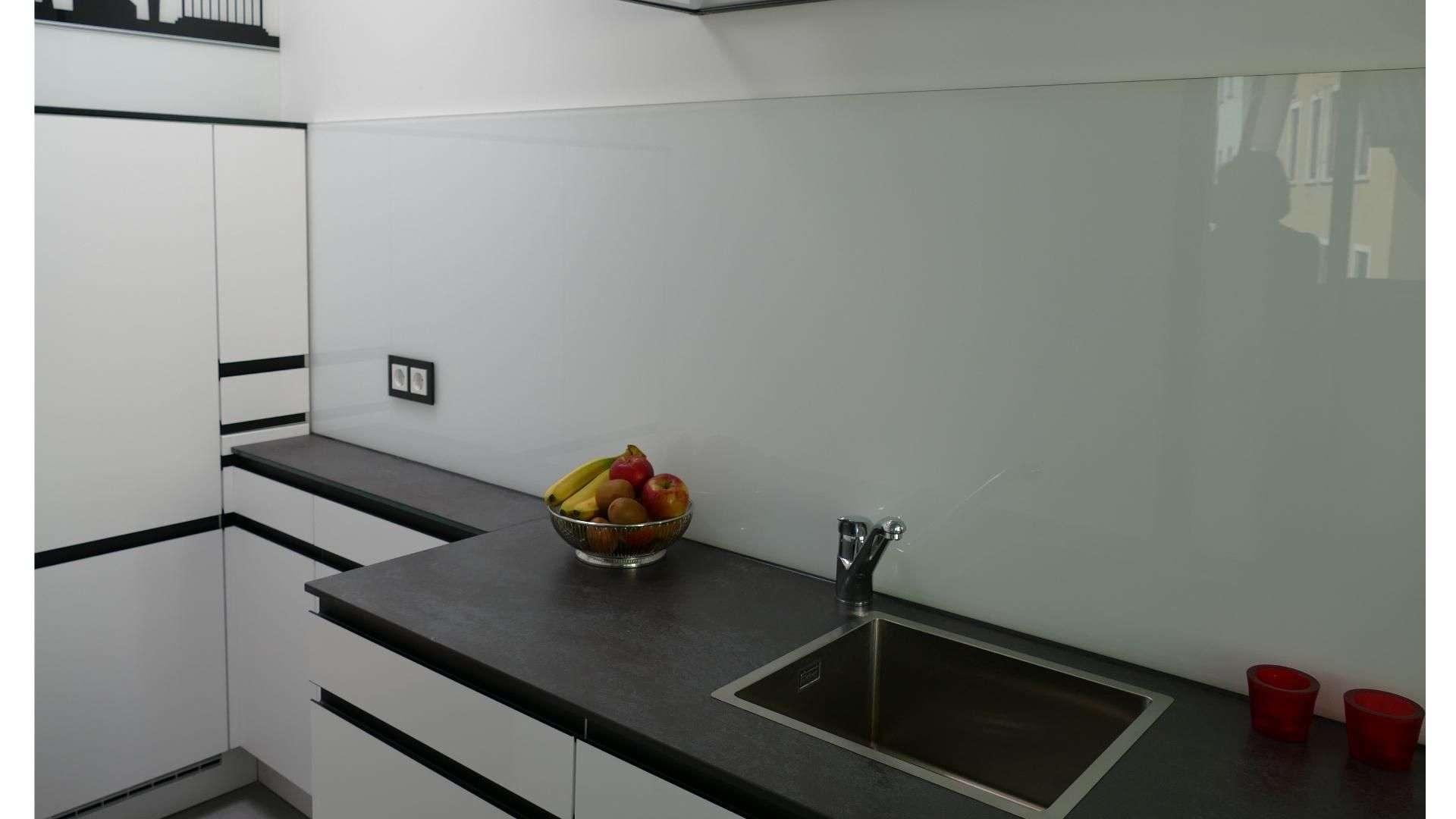 Cleverglas als Spitzschutz hinter einer Küchenzeile