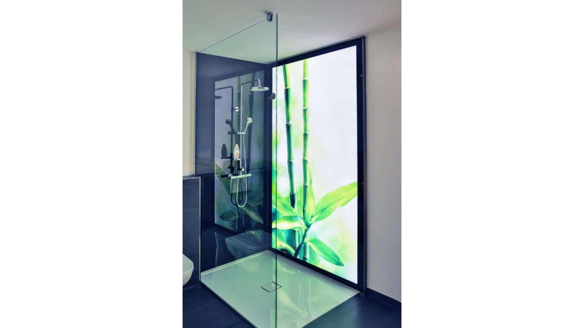 beleuchtetes Cleverglas mit Motivdruck als Duschrückwand