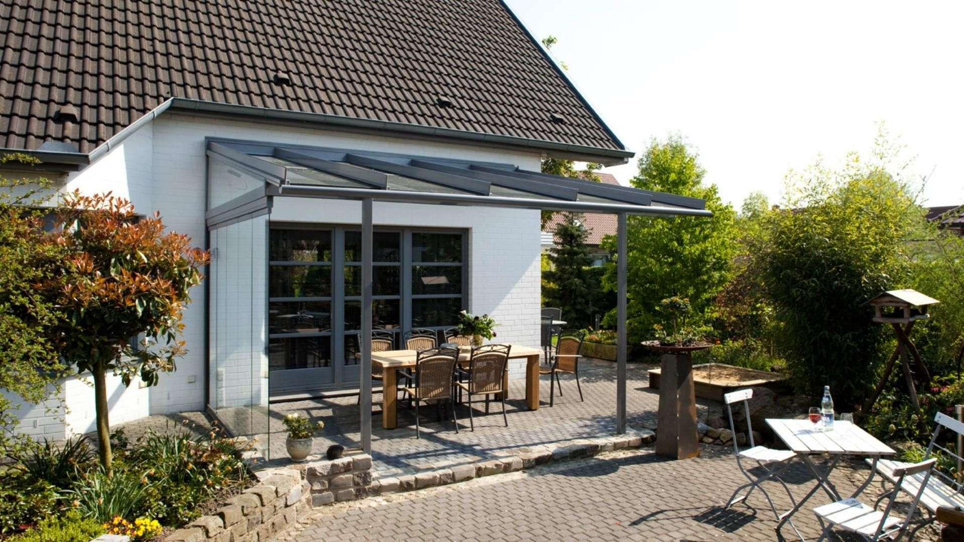 Terrassendach mit Esstisch an einem Wohnhaus