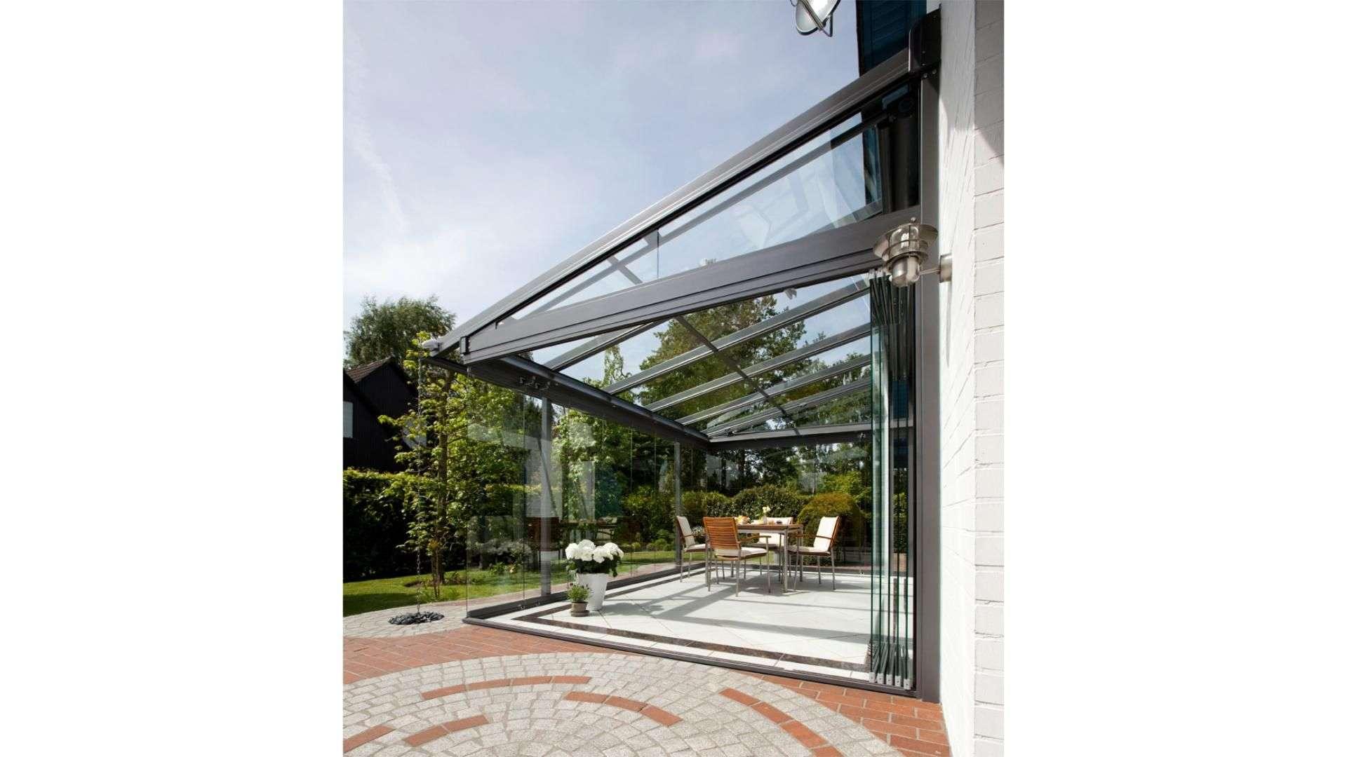 Seitenansicht eines Glashauses an einem Haus
