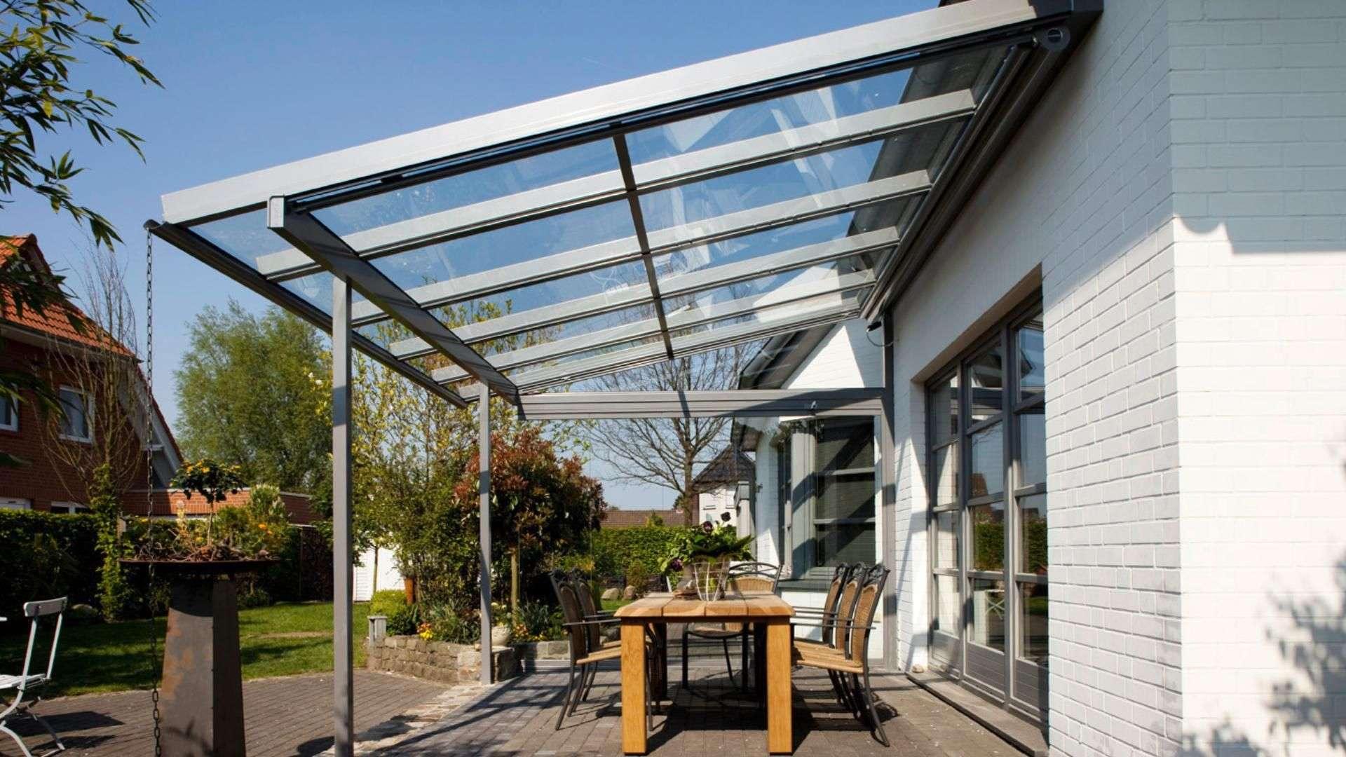 Seitenansicht eines Terrassendaches mit Esstisch an eniem Wohnhaus
