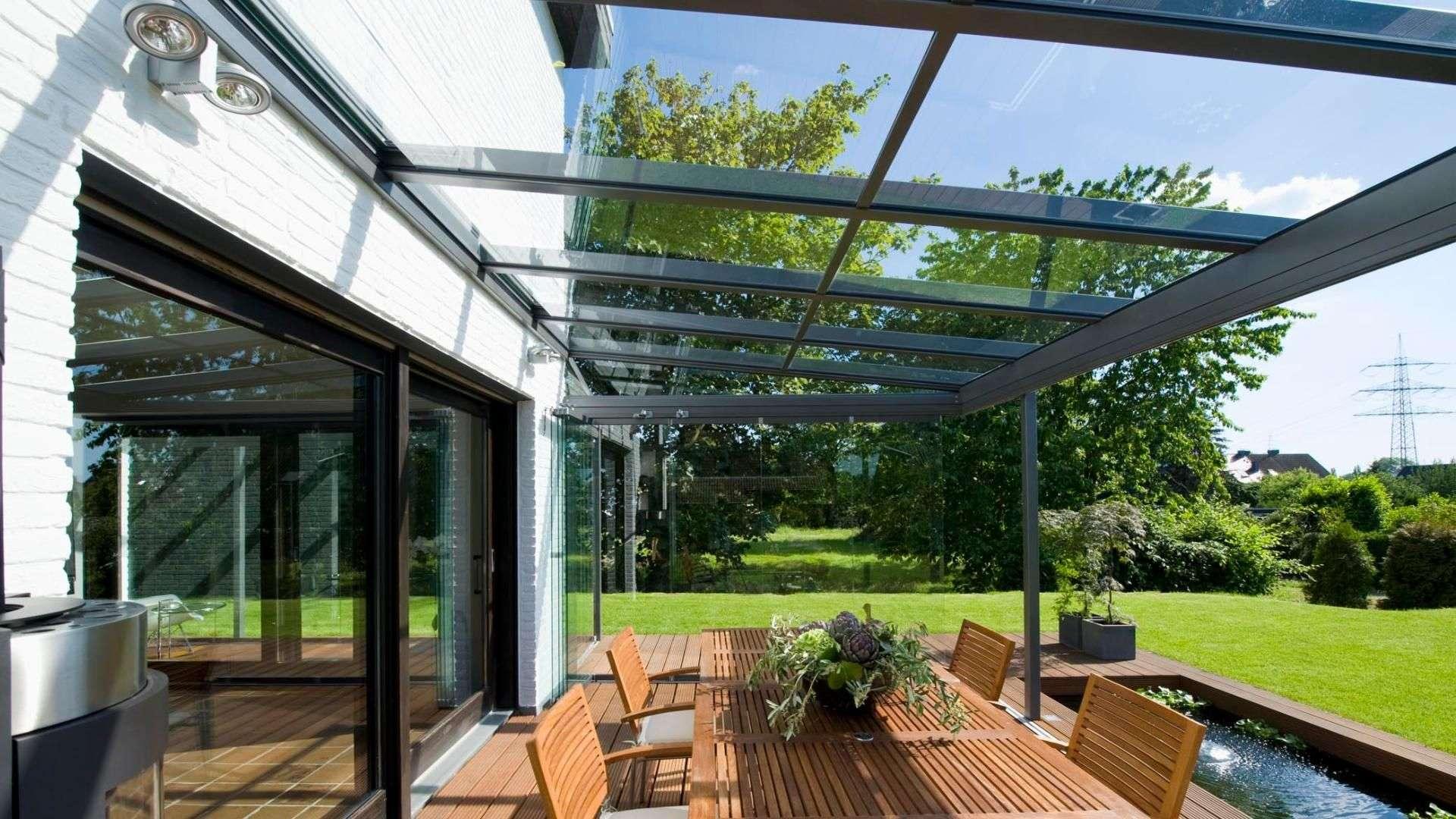 Innenansicht eines Terrassendaches mit Esstisch