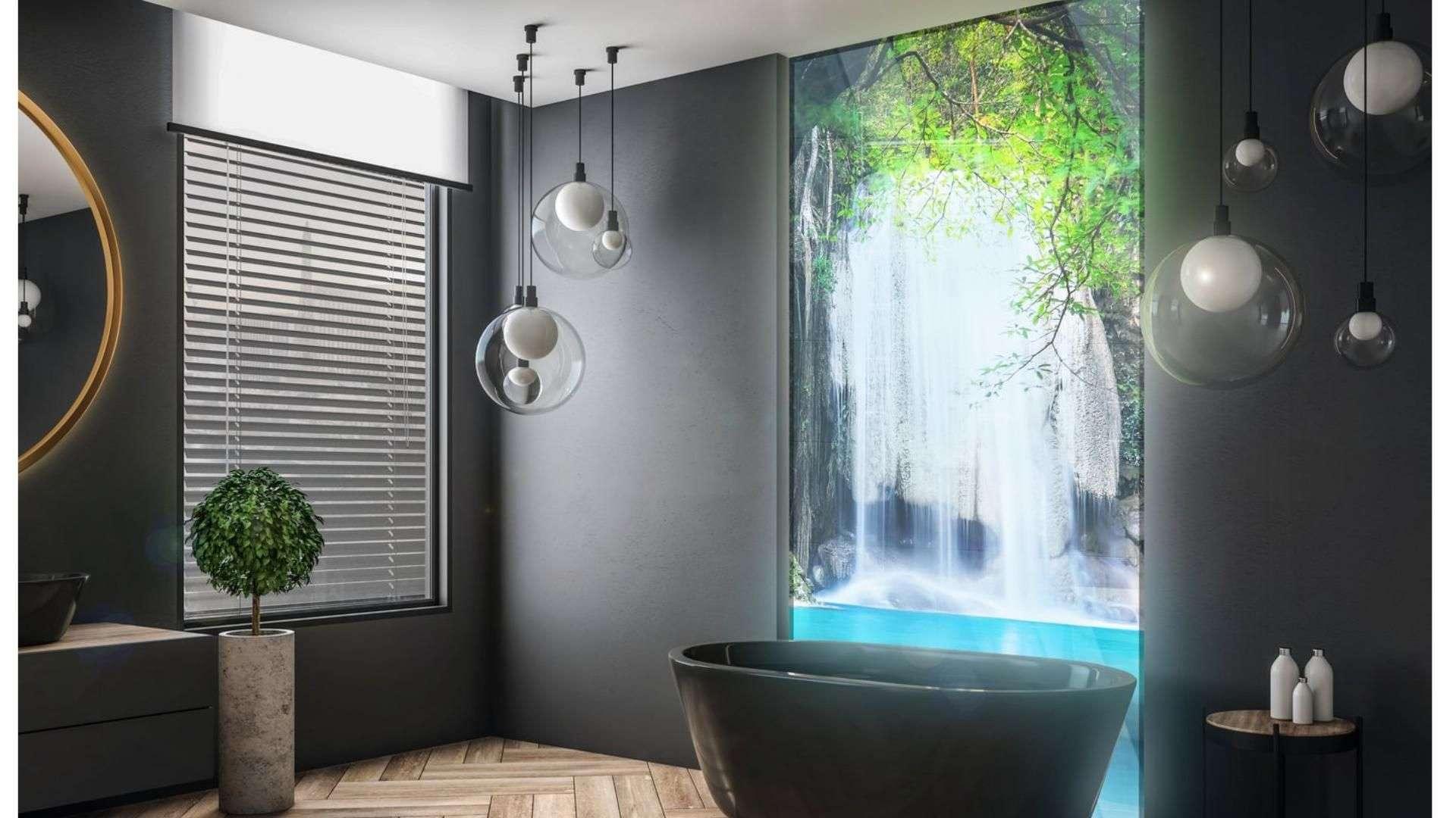 Cleverglas mit Motivdruck hinter einer Badewanne