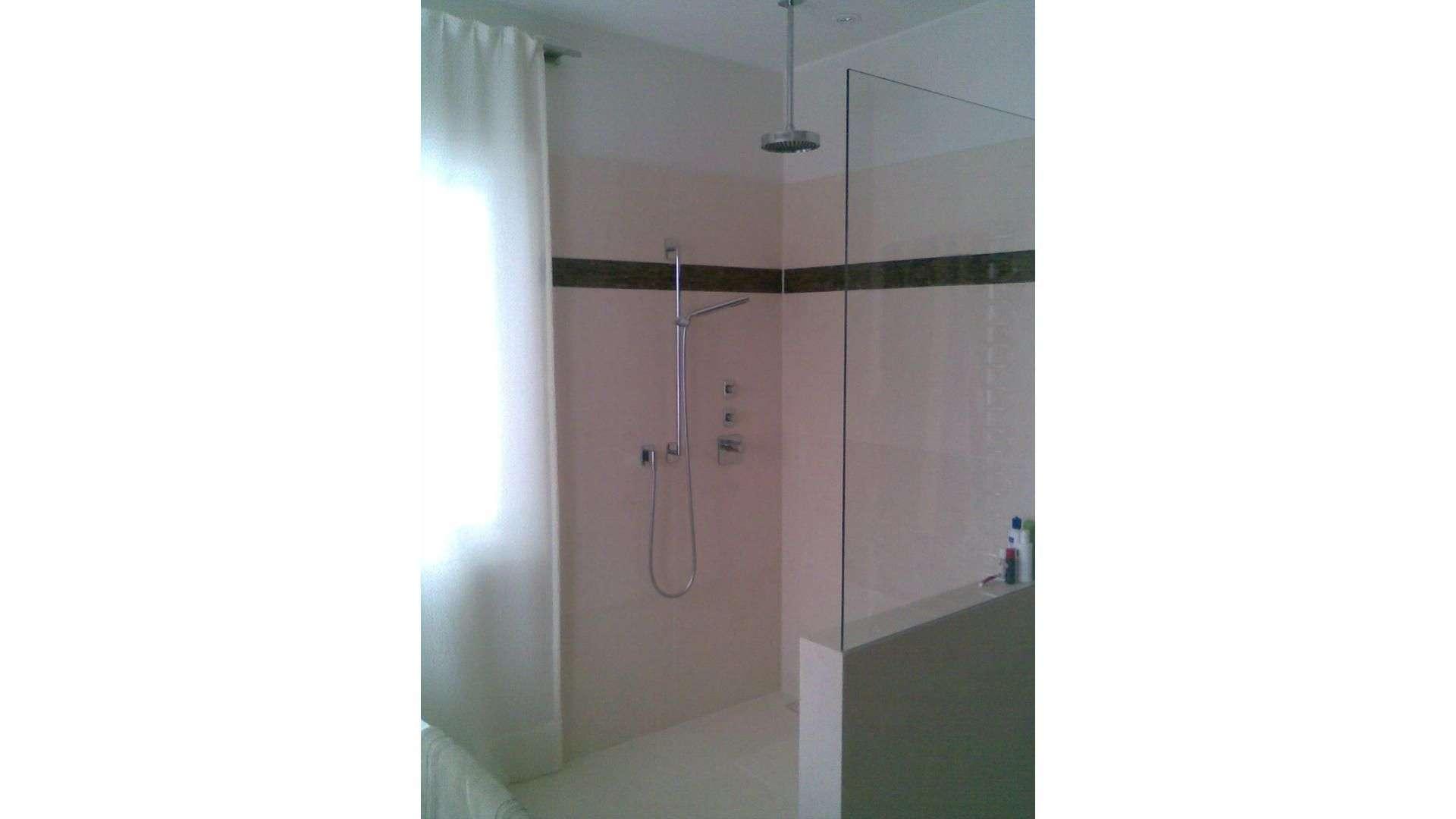 offene ebenerdige Dusche mit Glastrennwand