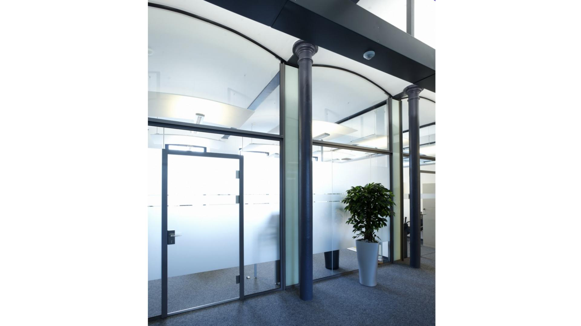 Ganzglas-Anlage in einem Firmengebäude