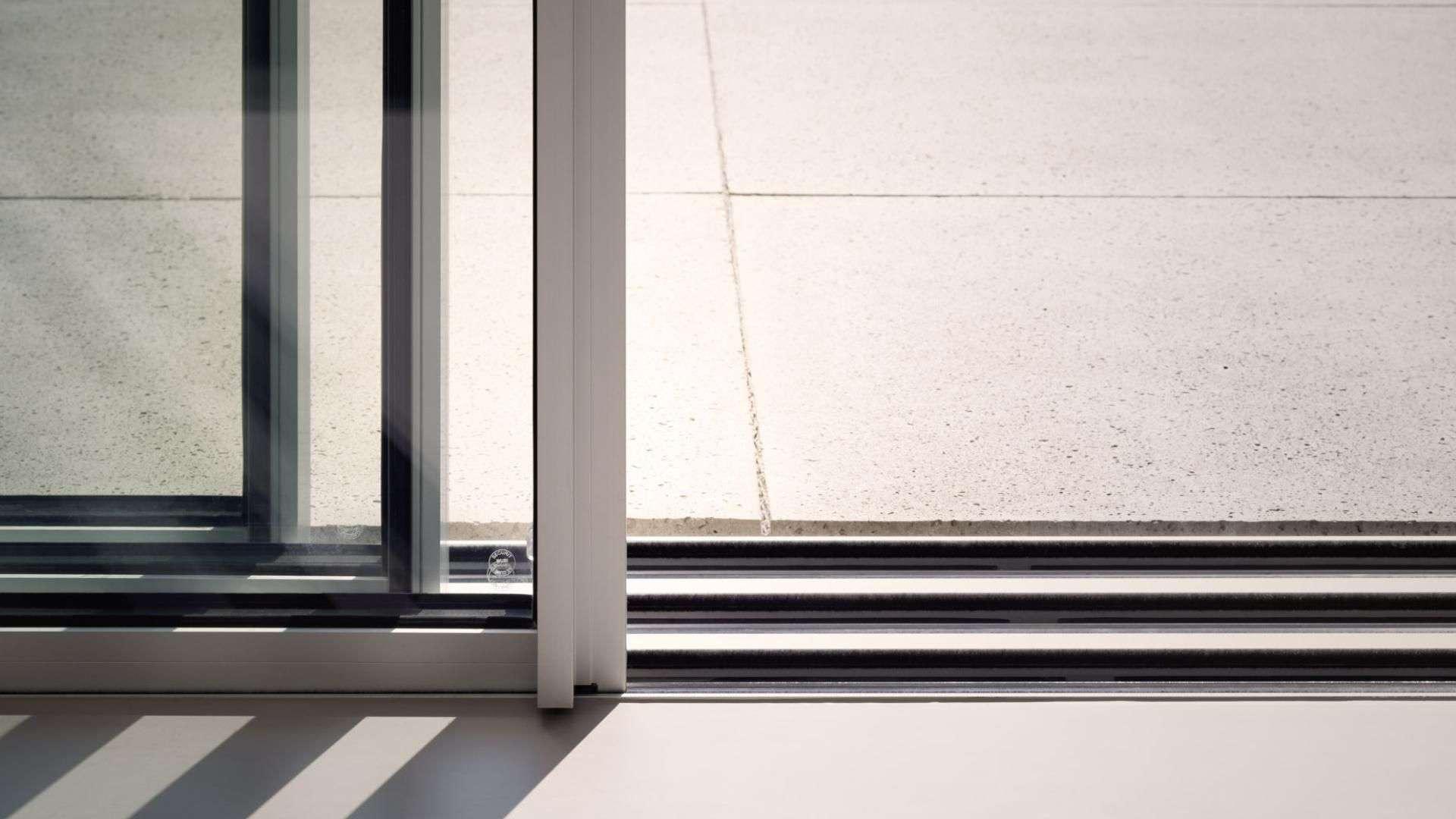 Nahansicht einer Laufschiene einer Glas-Trennwand