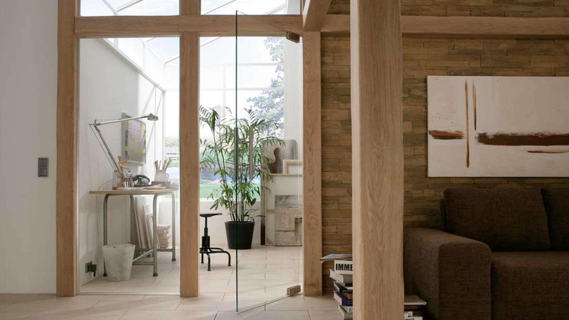 Drehtür aus Glas zwischen Wohn- und Arbeitszimmer