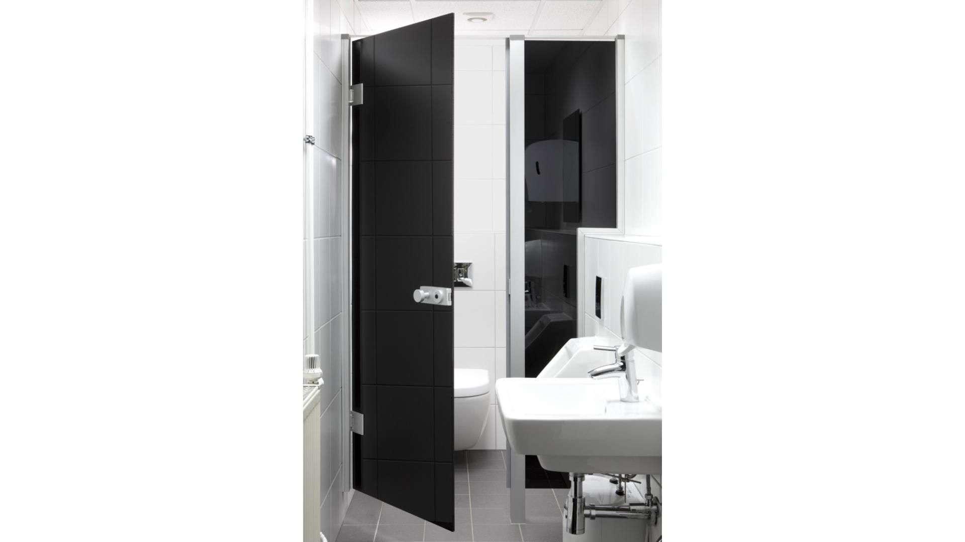 schwarze Drehtür aus Glas in einem Badezimmer