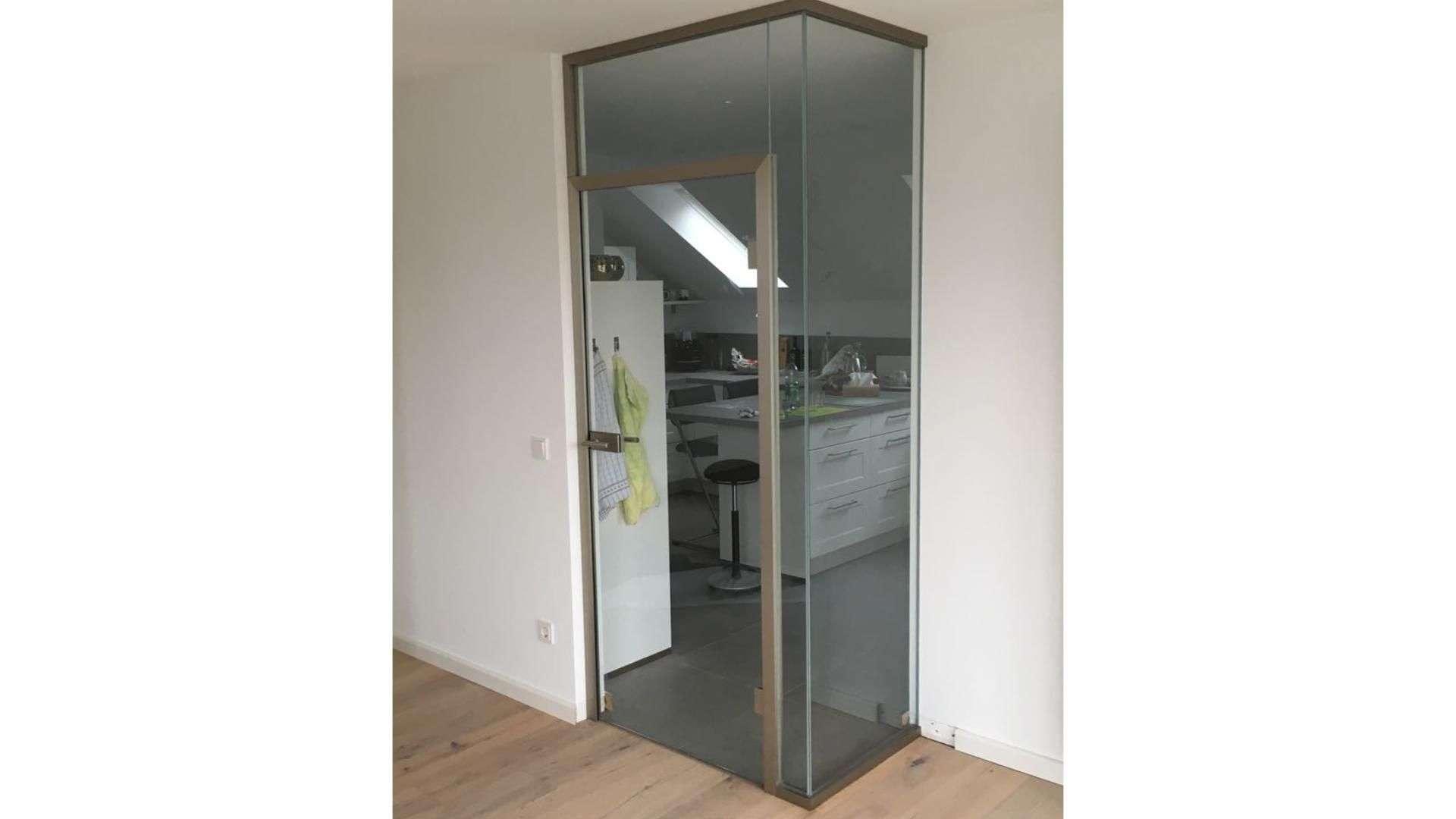 Drehtür aus Glas vor einer Küche