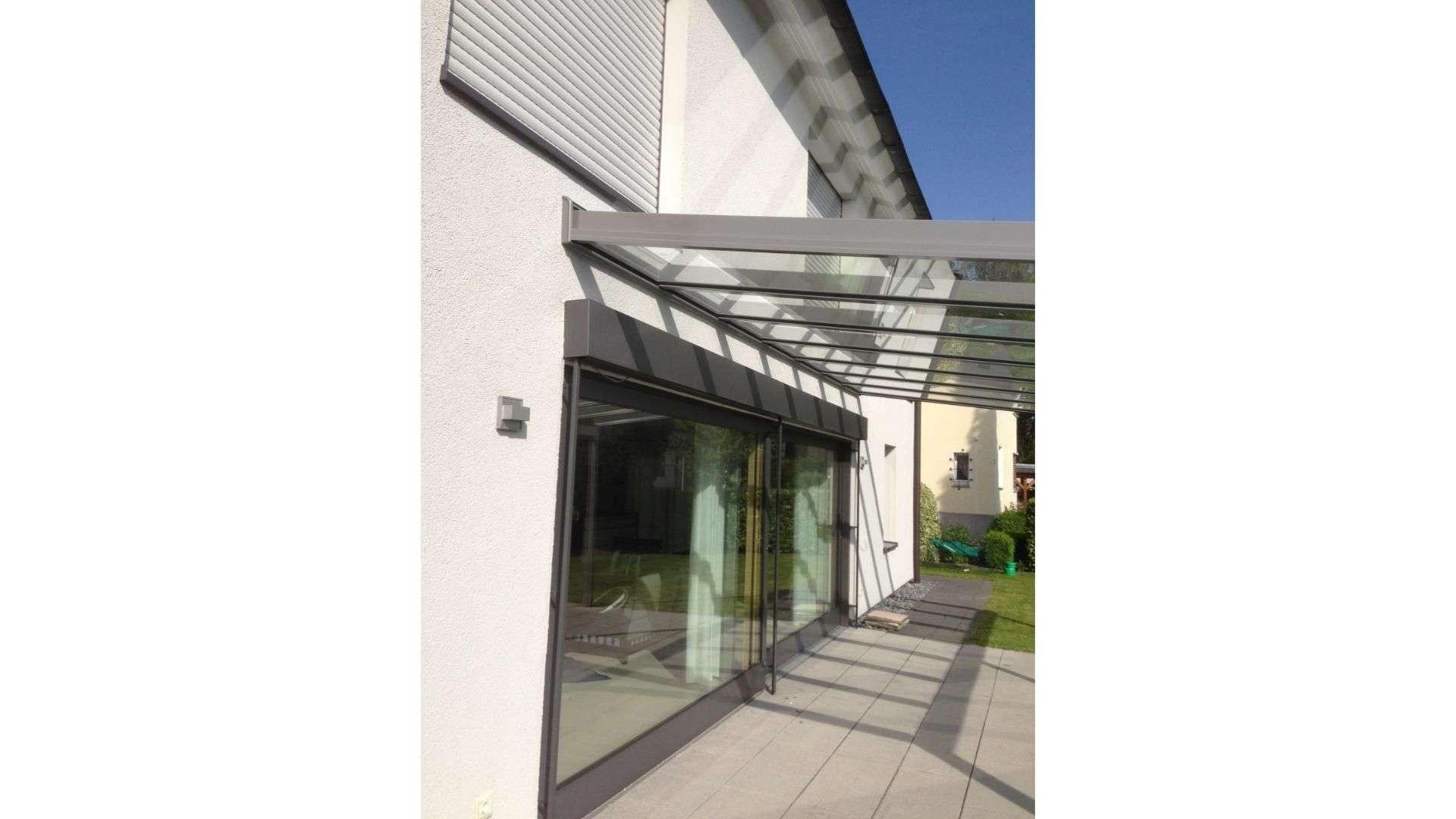 Seitenansicht eines Terrassendaches an einem Wohnhaus