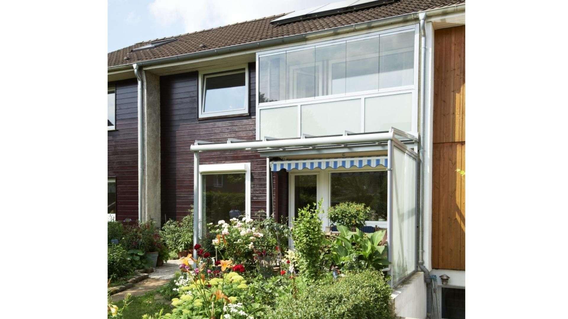 Terrassendach und Balkonverglasung an einem Reihenhaus
