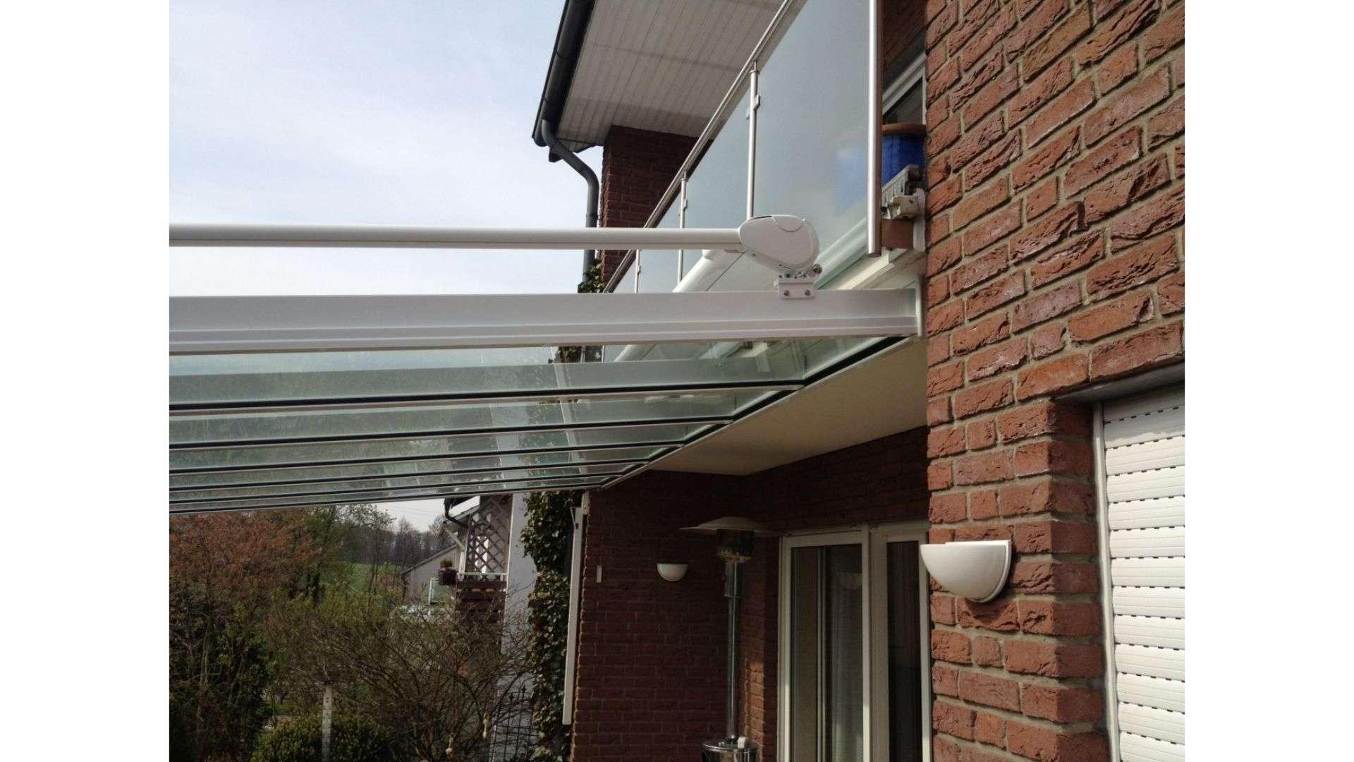 Seitenansicht eines Terrassendaches unter einem Balkon
