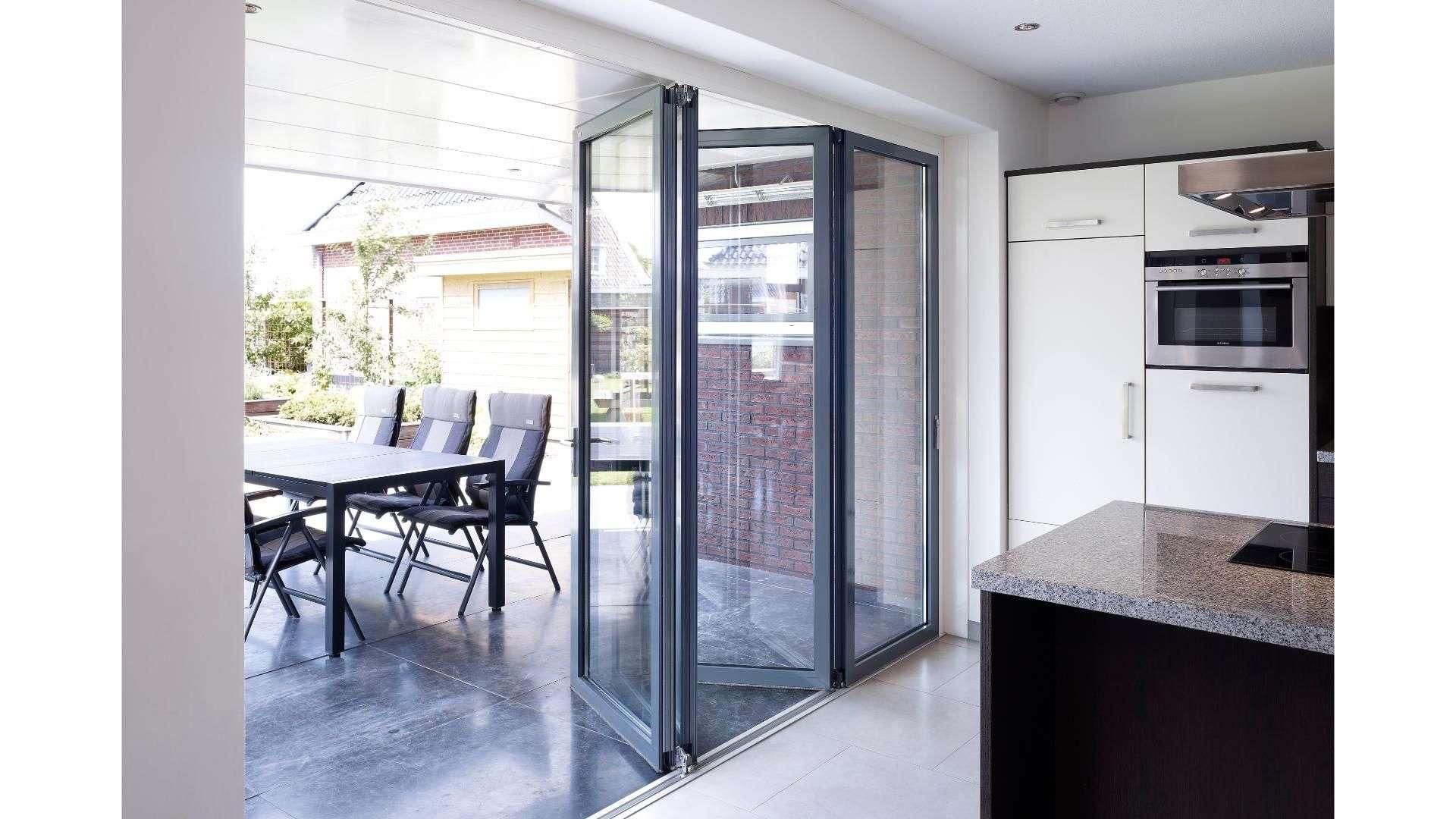 halb-geöffnete Glas-Faltwand in einer Küche