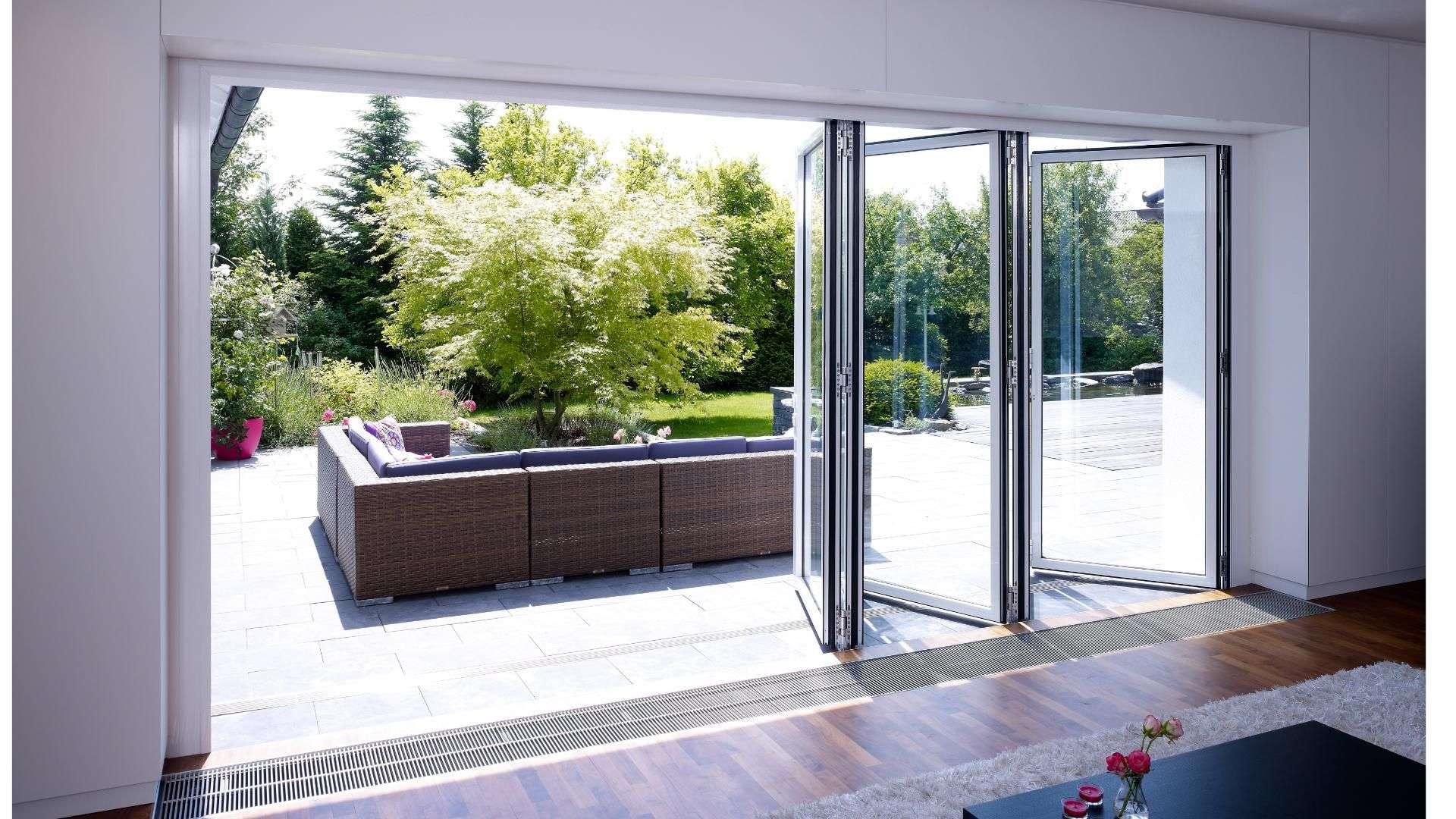 Halb-geöffnete Glas-Faltwand zwischen Terrasse und Wohnzimmer