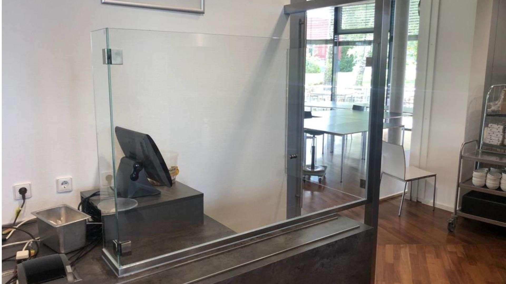 Glastür vor einer Kasse bei den Stadtwerken Bielefeld