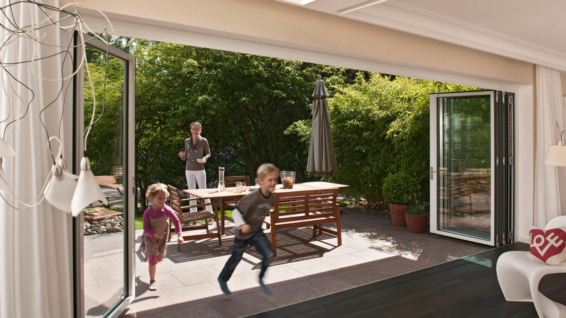geöffnete Glas-Faltwand zwischen Terrasse und Wohnzimmer