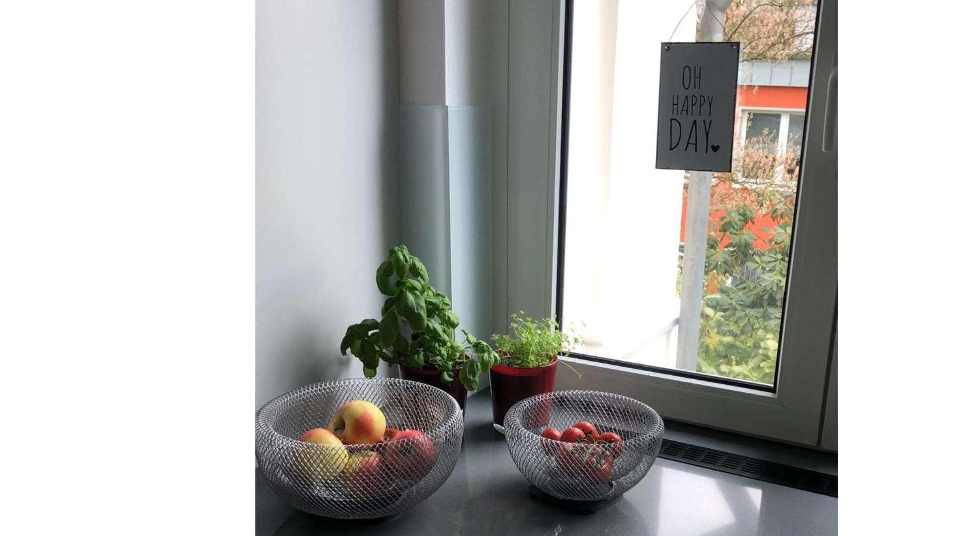 Obstschalen vor einem Fenster