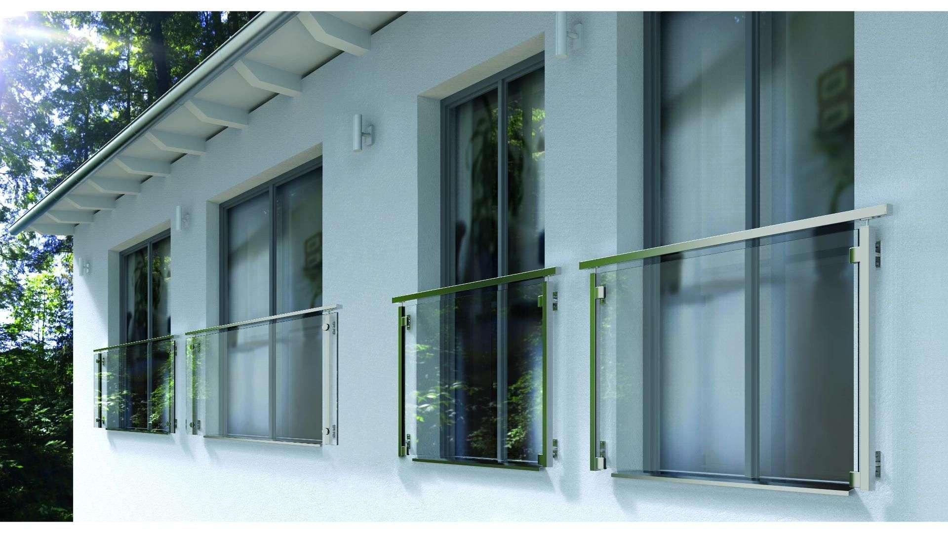 Französische Balkone vor bodentiefen Fenstern