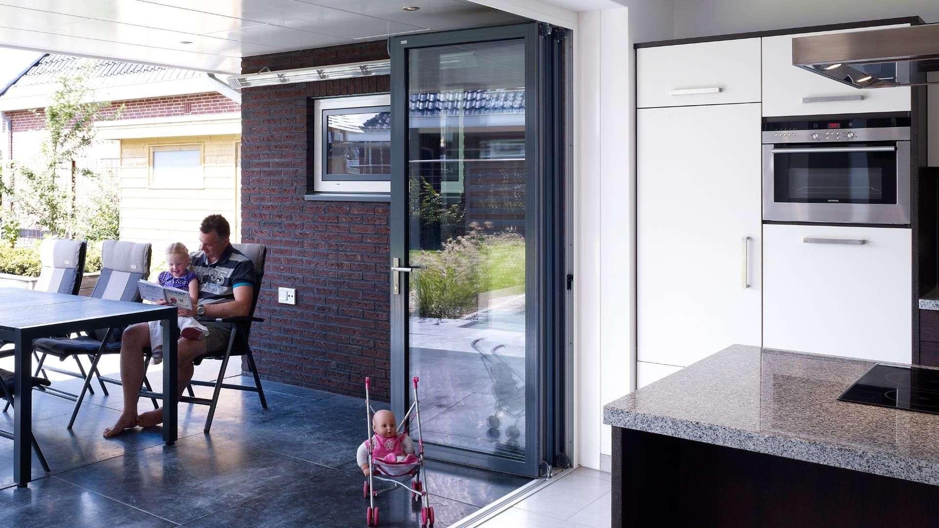 geöffnete Glas-Faltwand in einer Küche