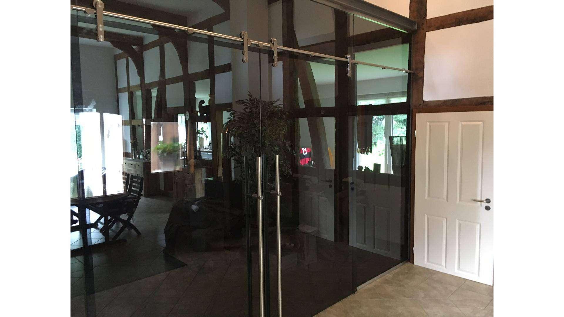 Ganzglas-Anlage in einem Fachwerkhaus