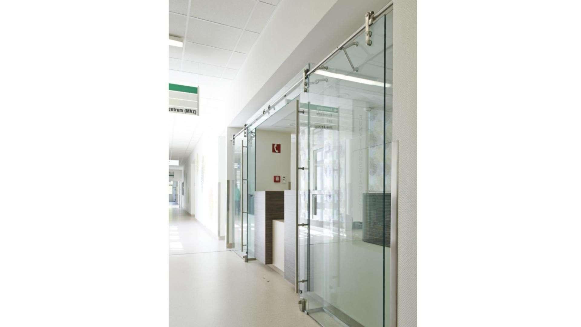 Ganzglas-Anlage vor einem Empfangstresen