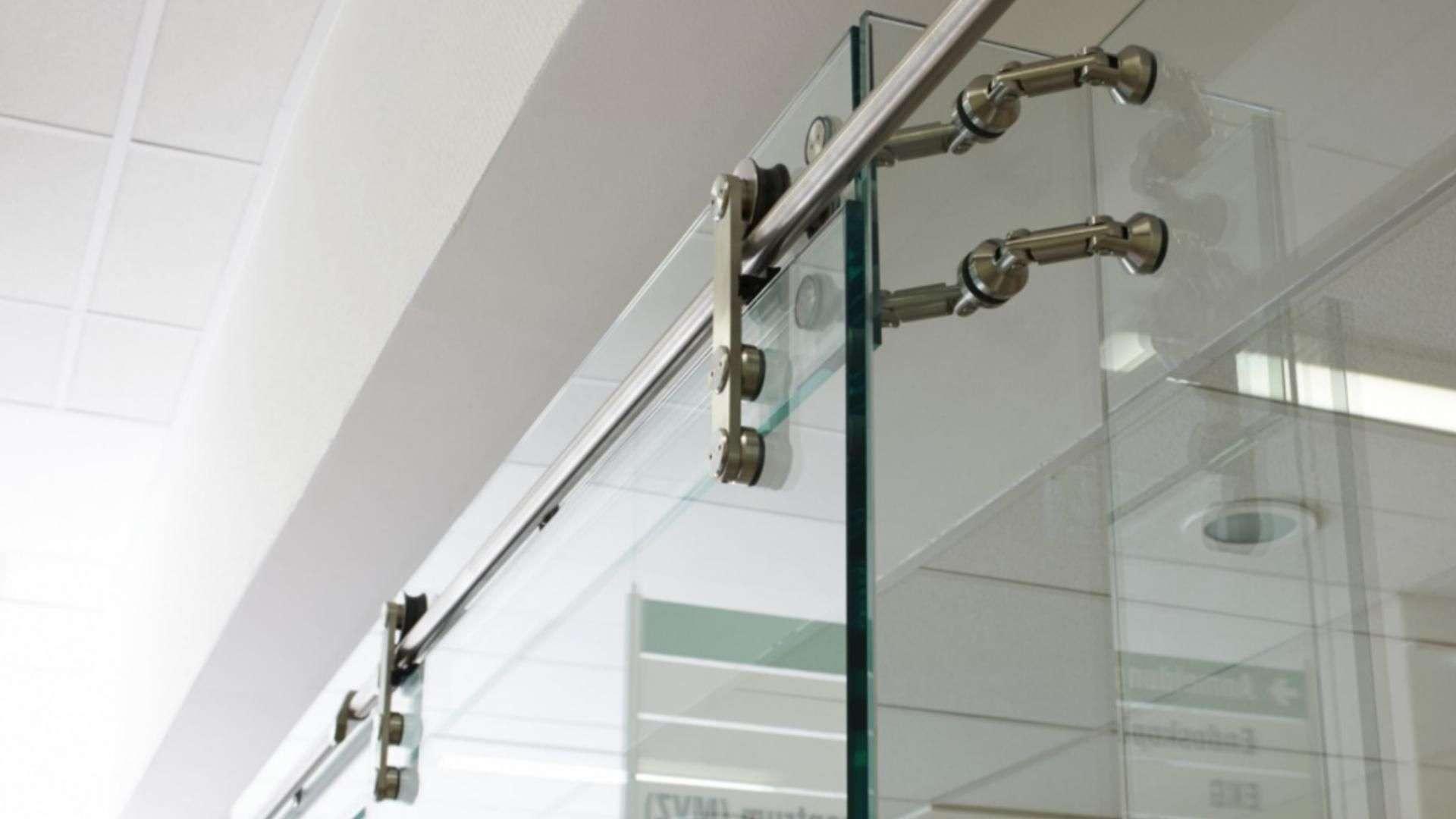 Nahansicht der Anbringung einer Ganzglas-Anlage