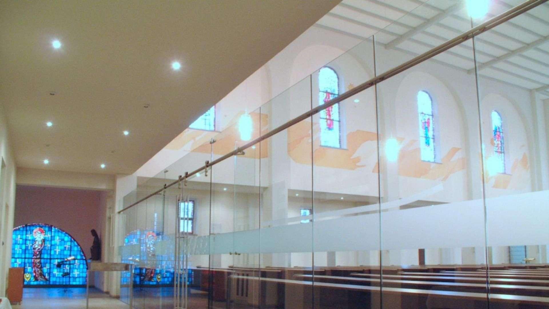 geschlossene Ganzglas-Anlage in einer Kirche