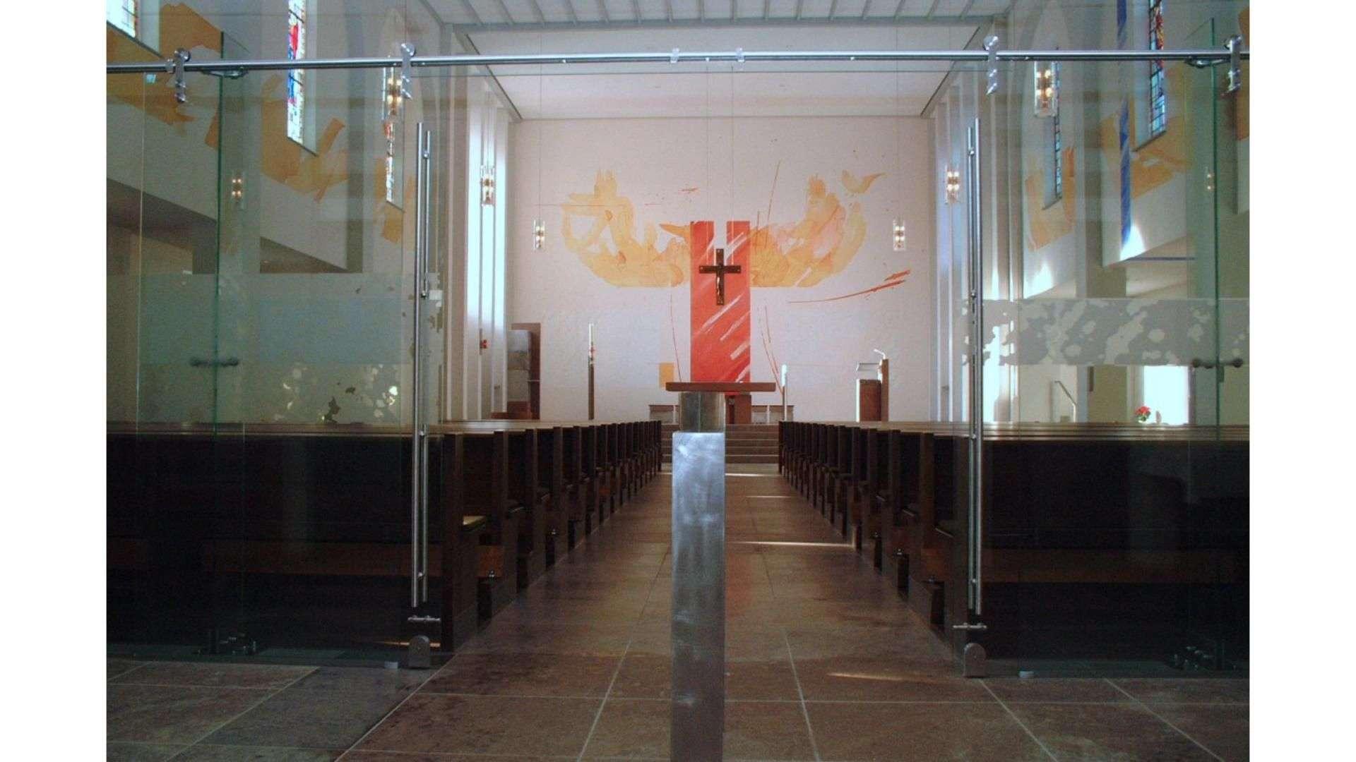 Ganzglas-Anlage in einer Kirche