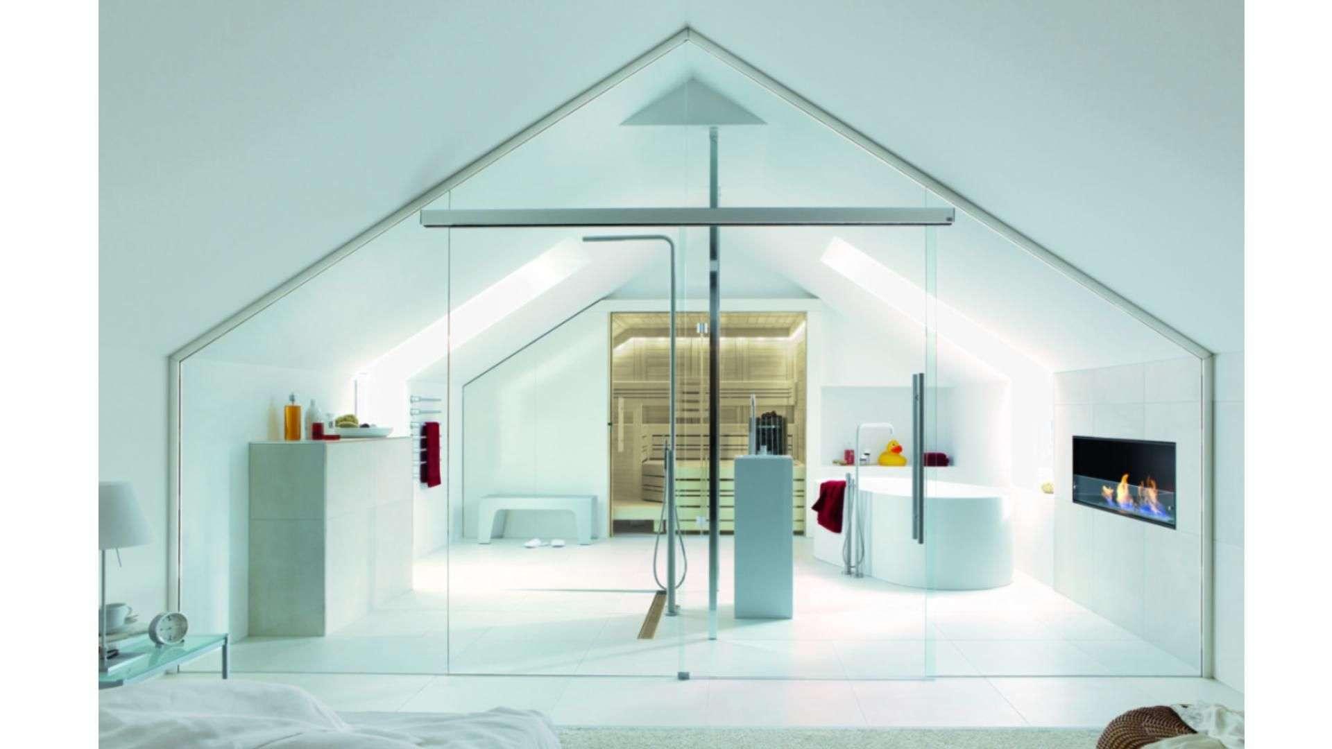 Ganzglas-Anlage vor einem Badezimmer unter einem Dachgiebel
