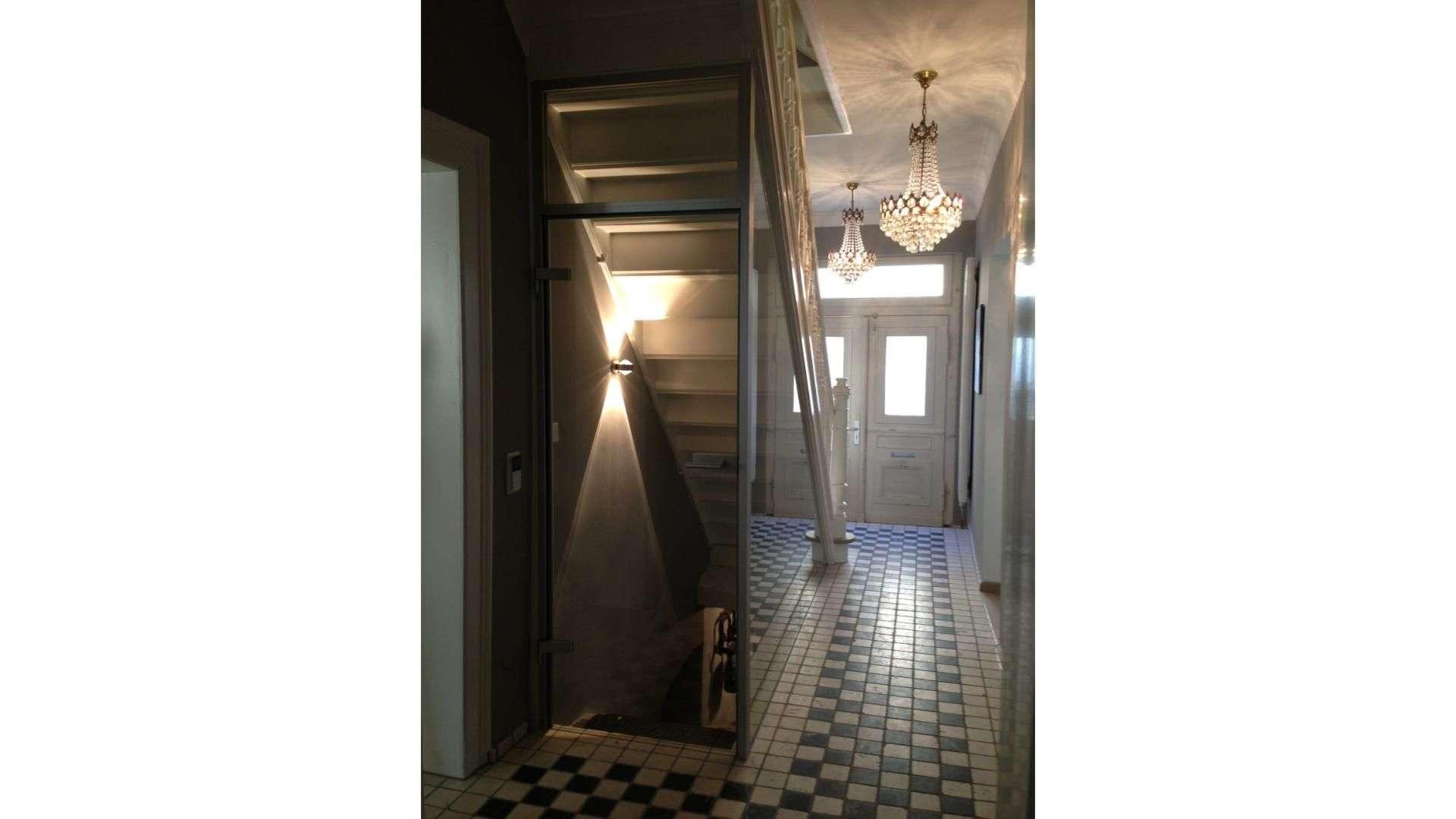 Ganzglas-Anlage unter einer Treppe