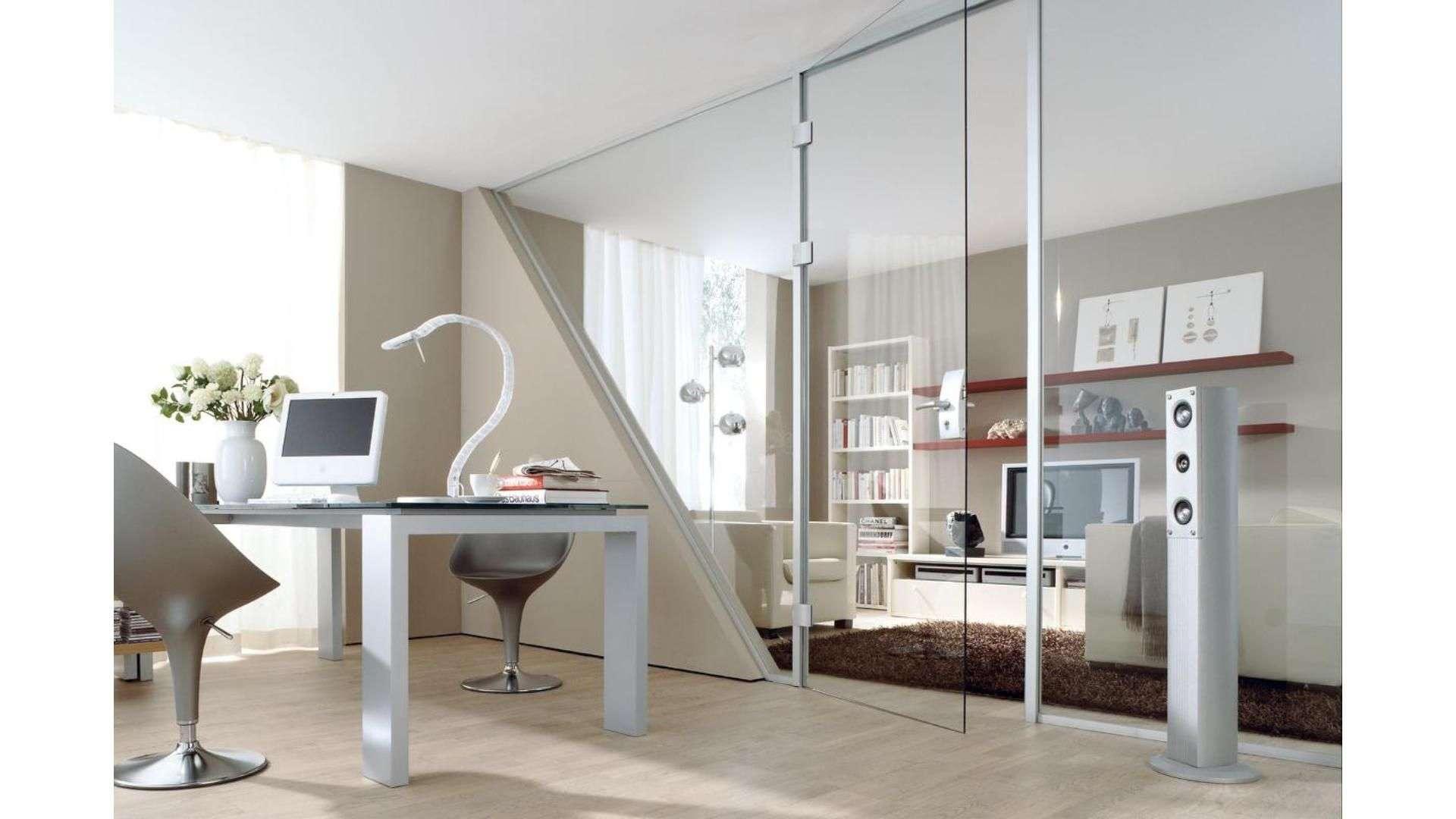 Ganzglas-Anlage zwischen Arbeits- und Wohnzimmer