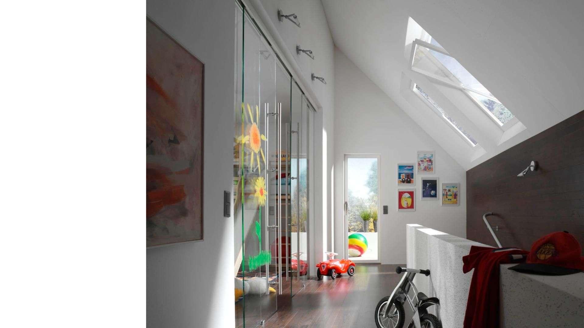 Ganzglas-Anlage im Flur unter einer Dachschräge