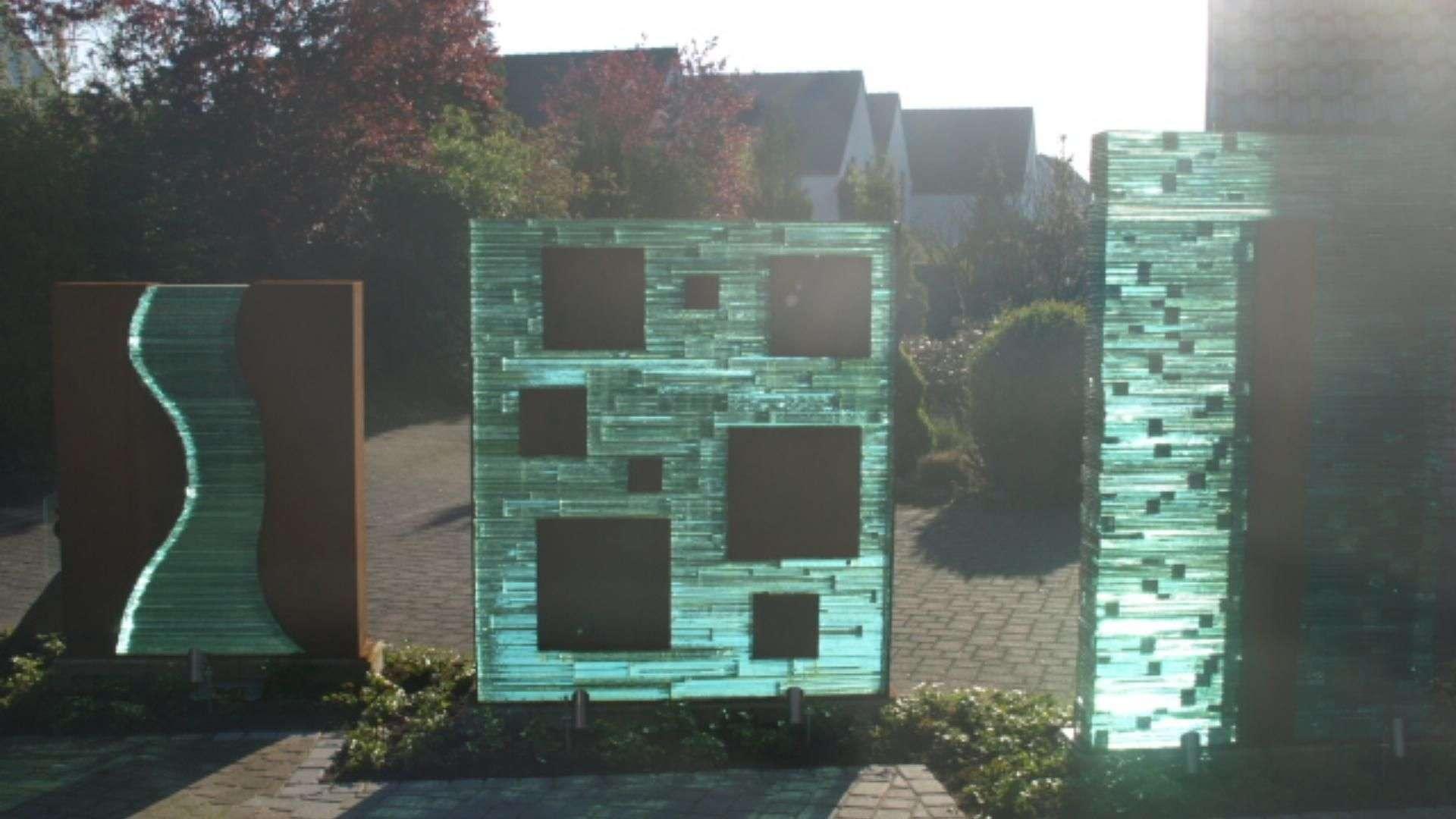 drei Glas-Stein-Mauern in einem Vorgarten