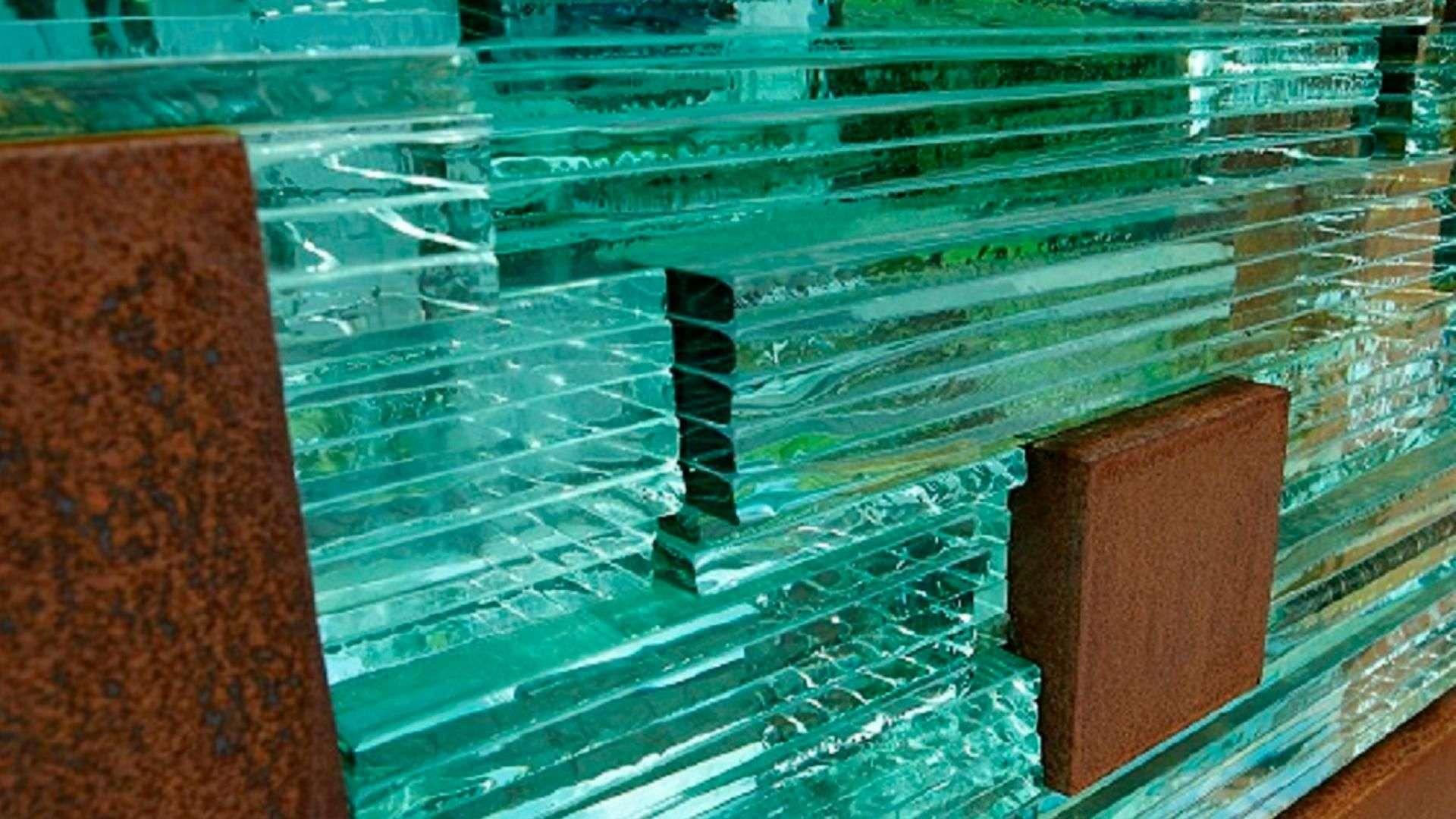 Nahansicht einer Glasmauer