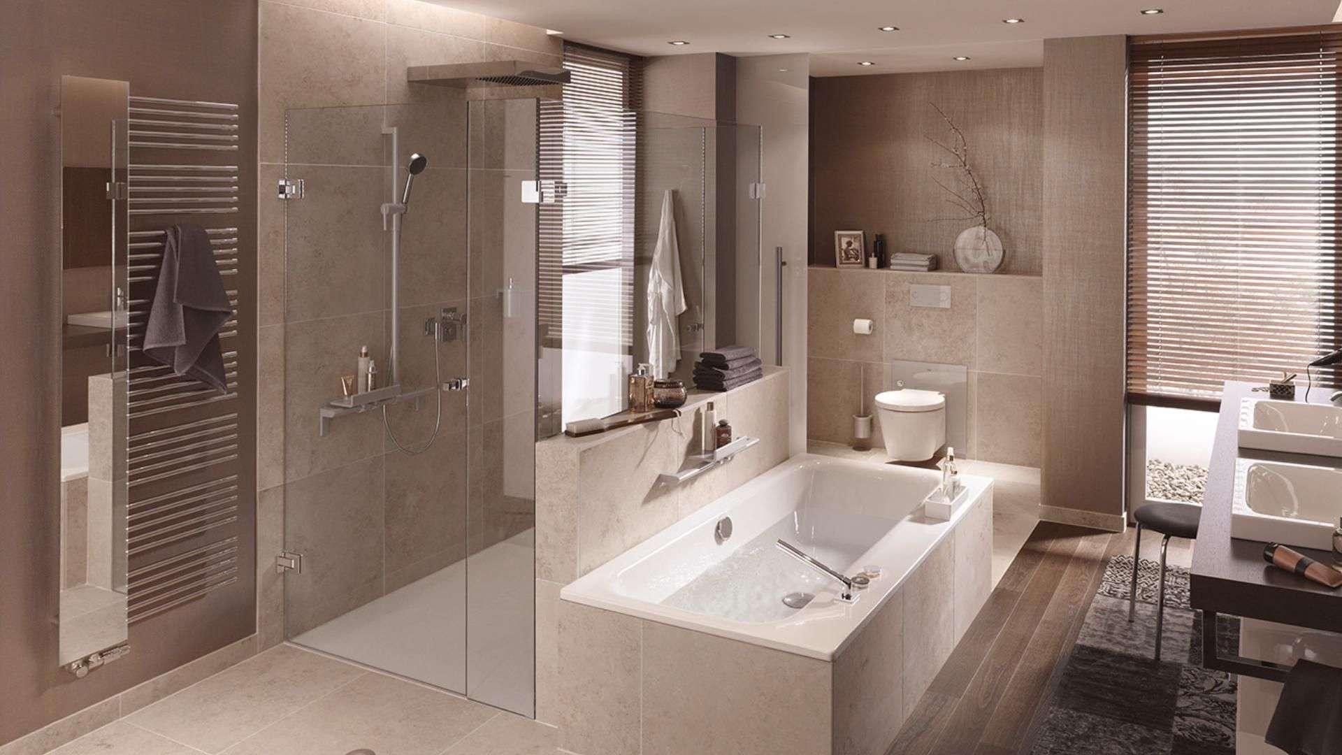 Badezimmer mit Duschtrennwänden aus Glas