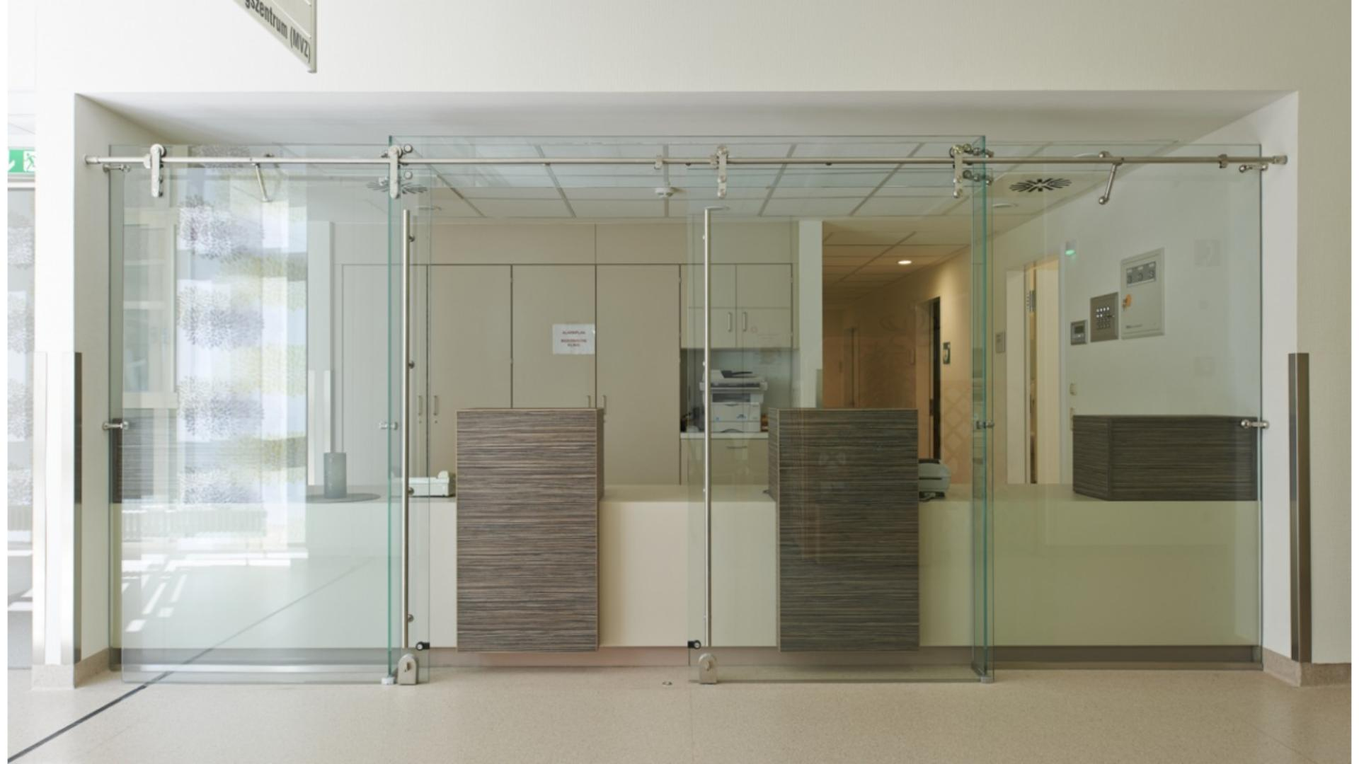 Glas-Trennwand vor einem Empfangstresen