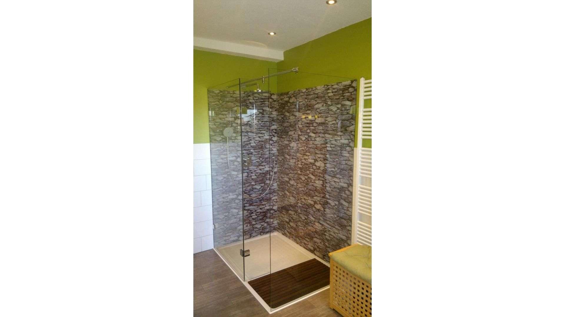 große Dusche mit Glastrennwänden