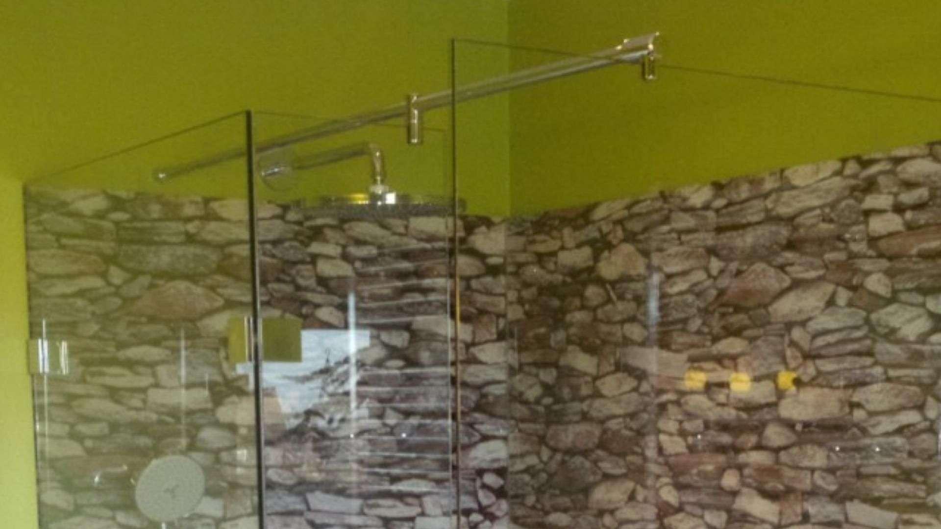Dusche mit zwei Glaswänden