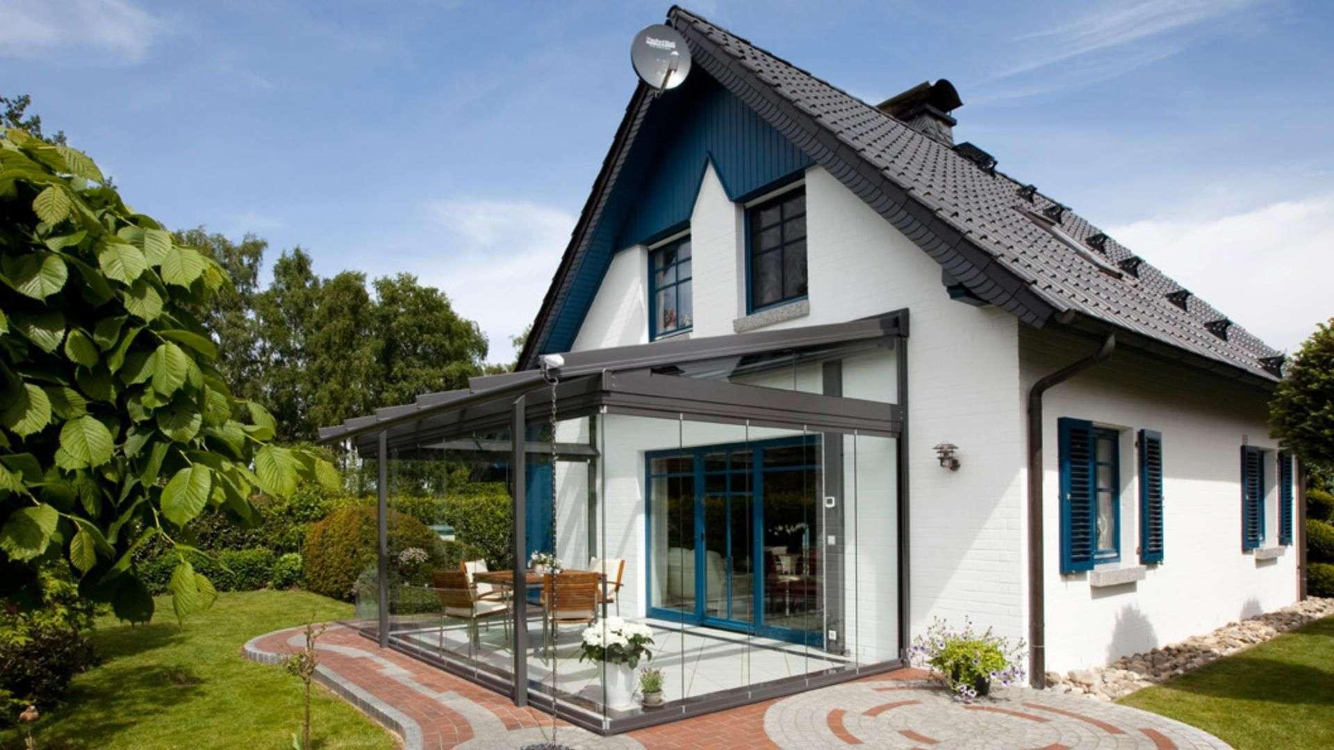 Glashaus an einem Einfamilienhaus mit Garten