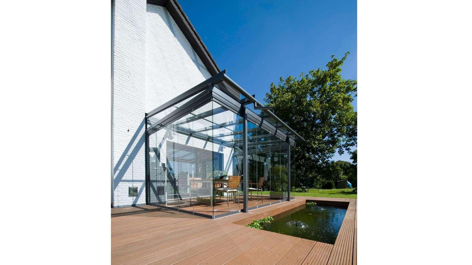 Glashaus auf einer Terrasse mit kleinem Pool