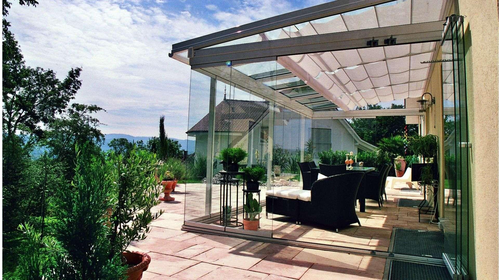 Seitenansicht eines Glashauses auf einer Terrasse an einem Haus