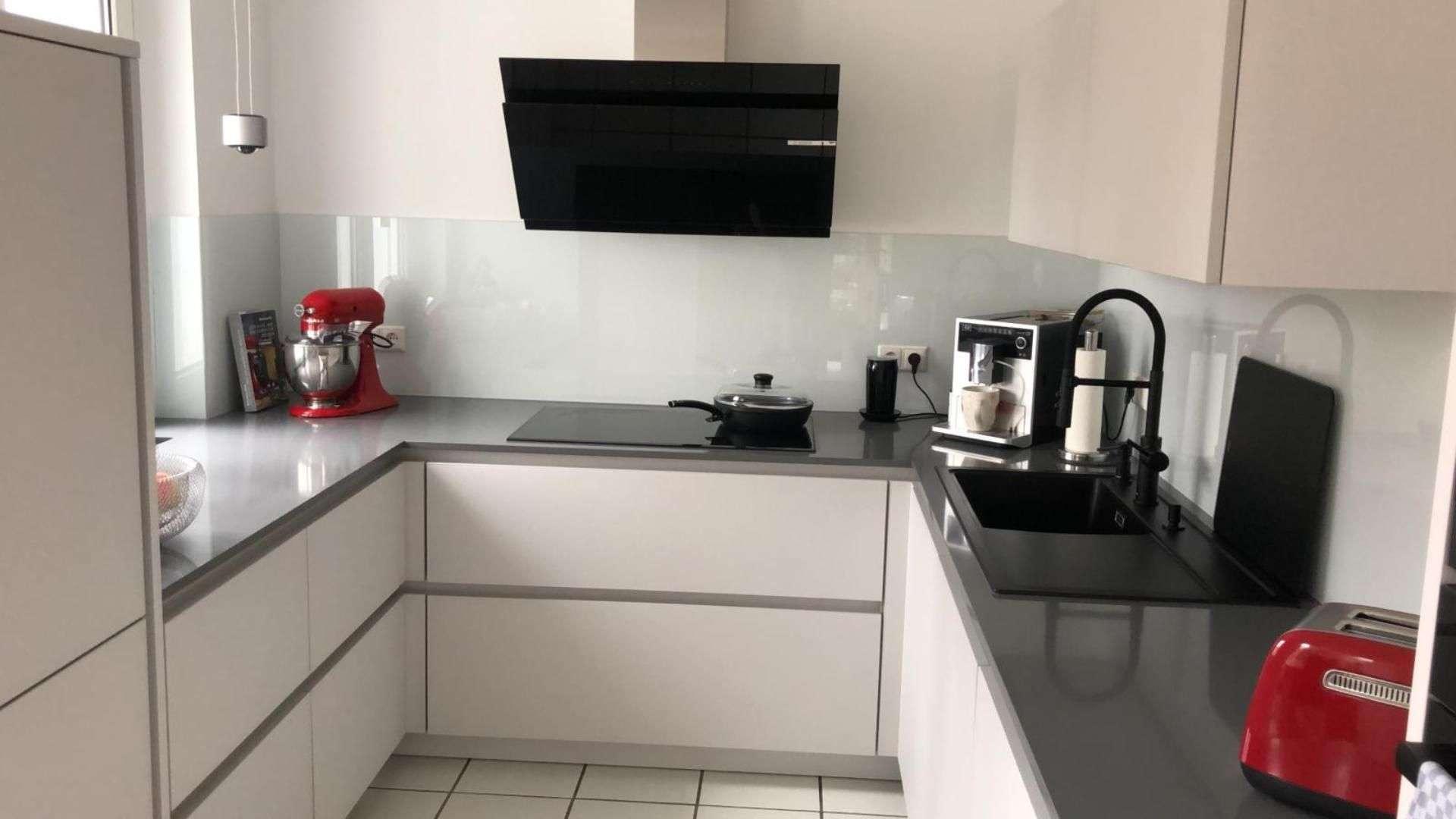 Glasrückwand in einer Kücher