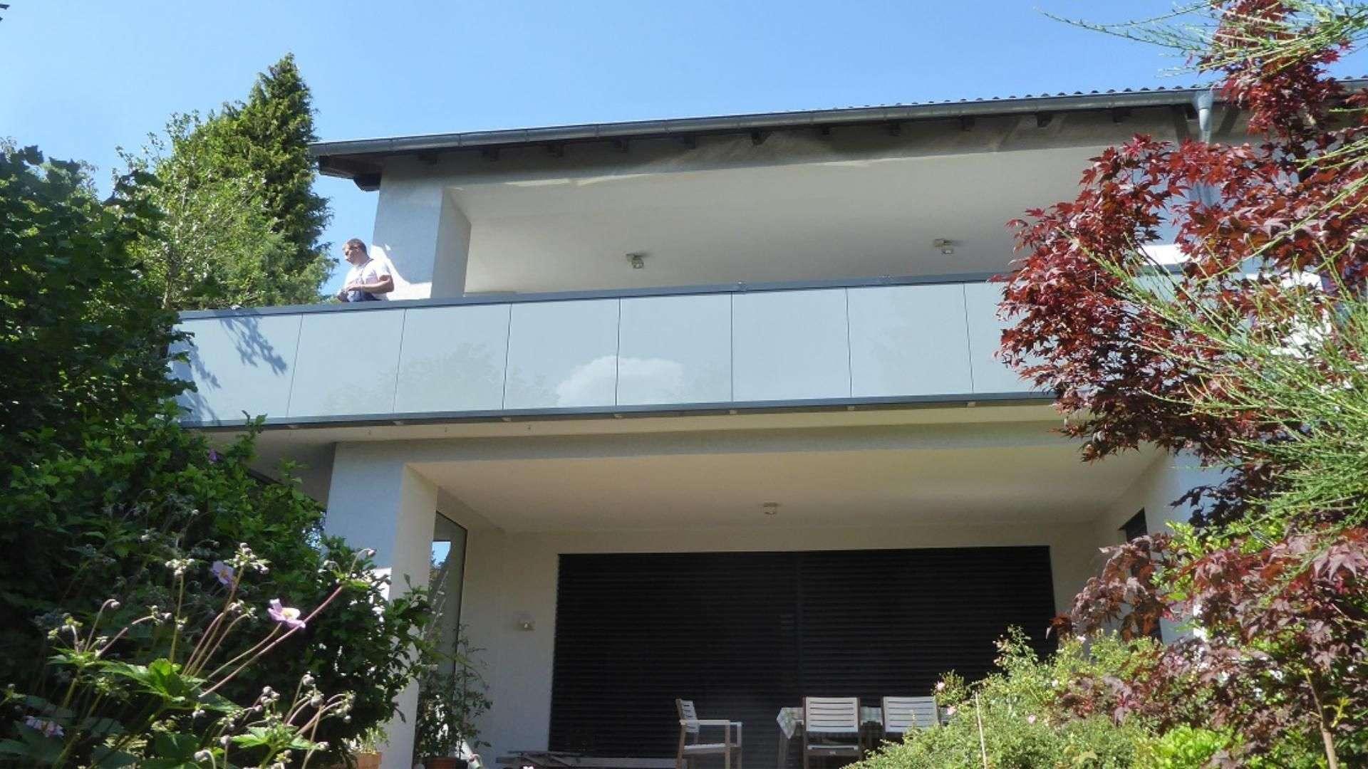 Verglaster Balkon an einem Haus
