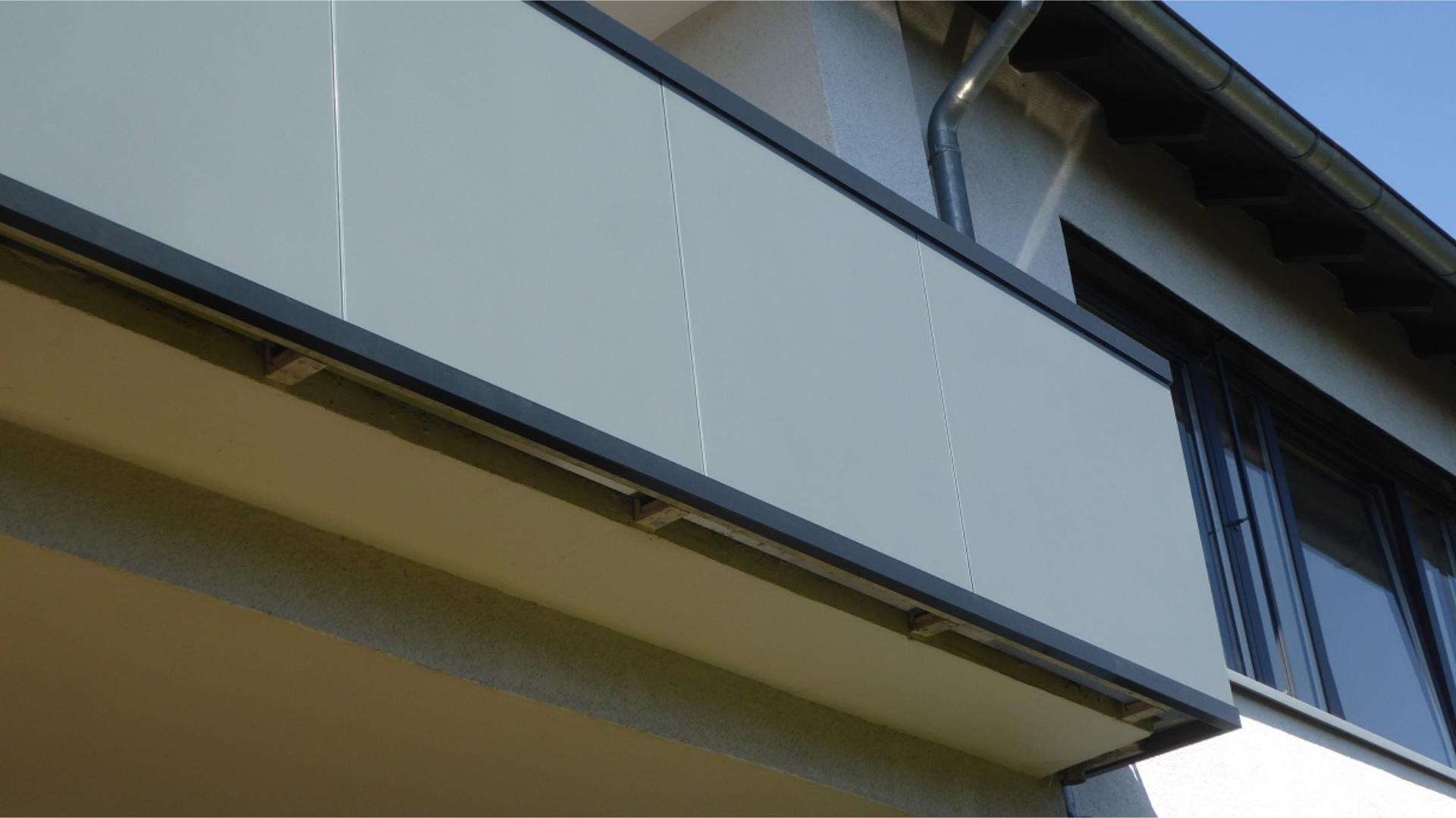 Nahansicht eines Balkons mit Glas-Geländer
