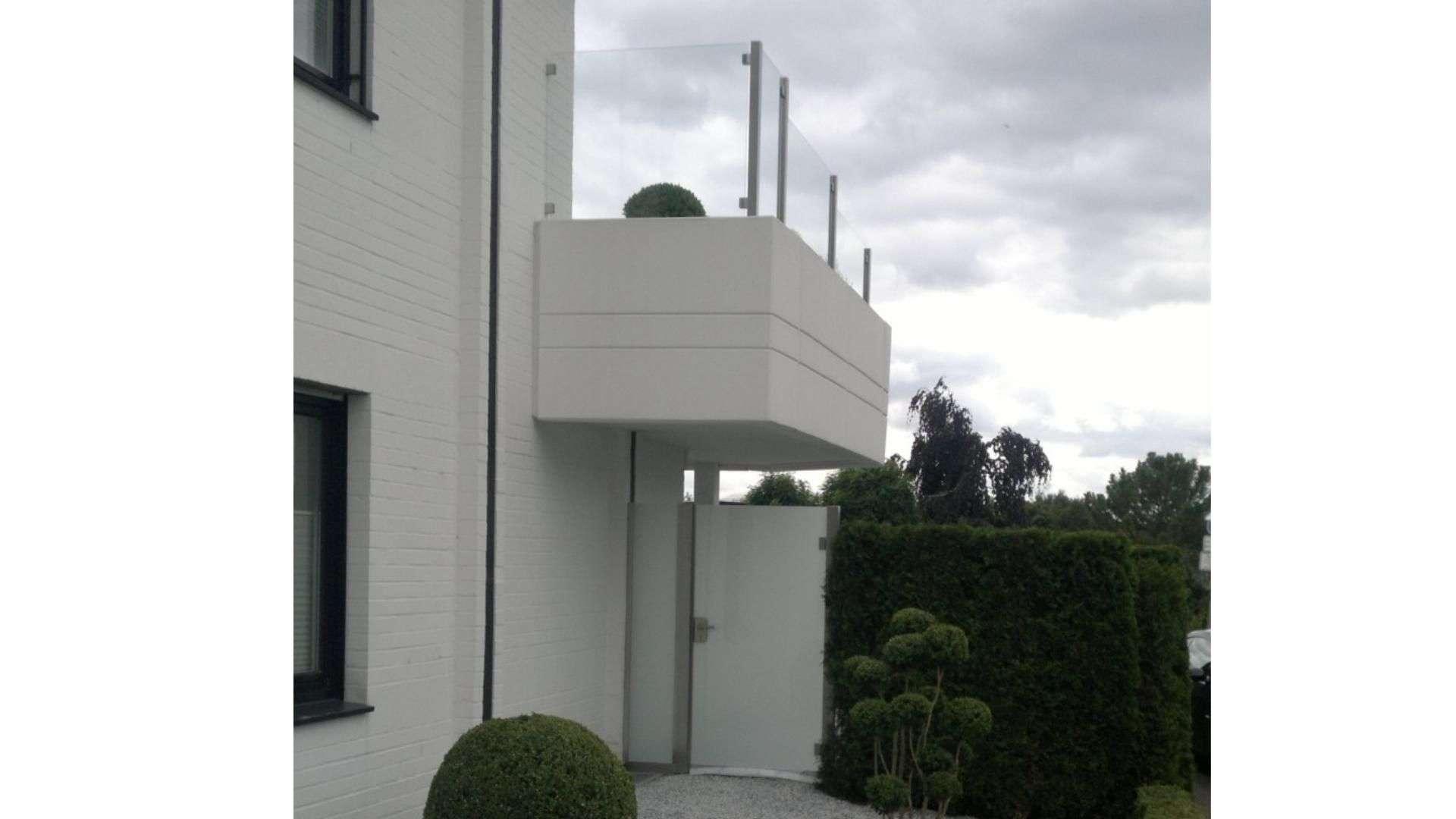 Balkon mit Glas-Geländer