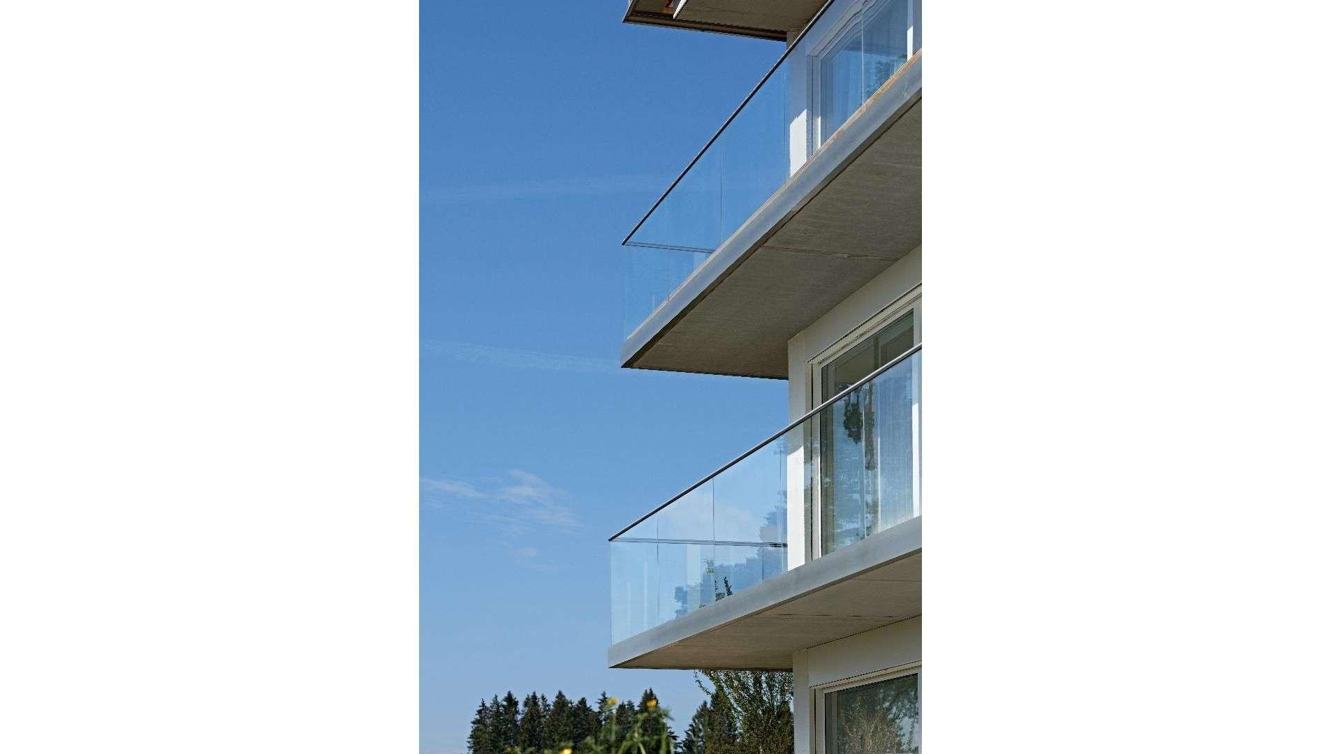 lange Balkone an einem Mehrfamilienhaus