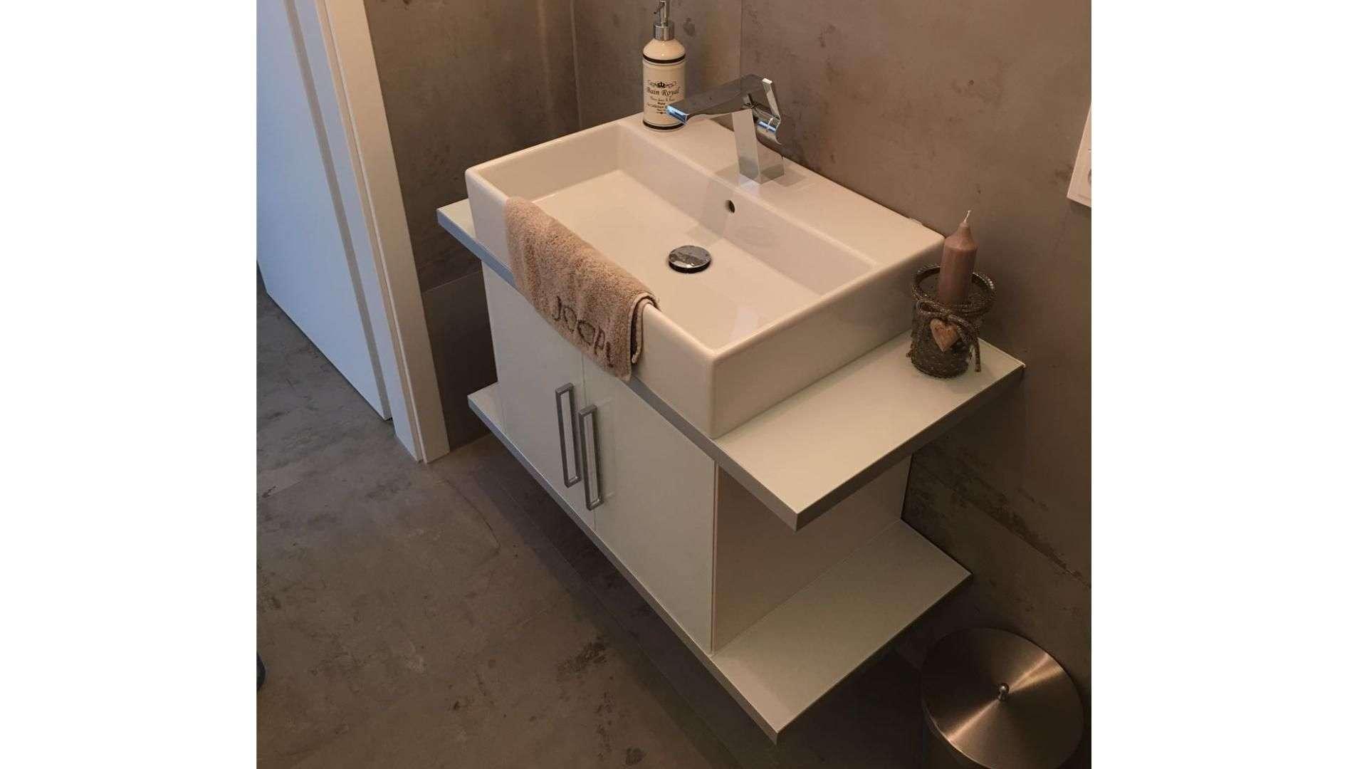 Integrierte Heizung in einem Waschbecken im Badezimmer