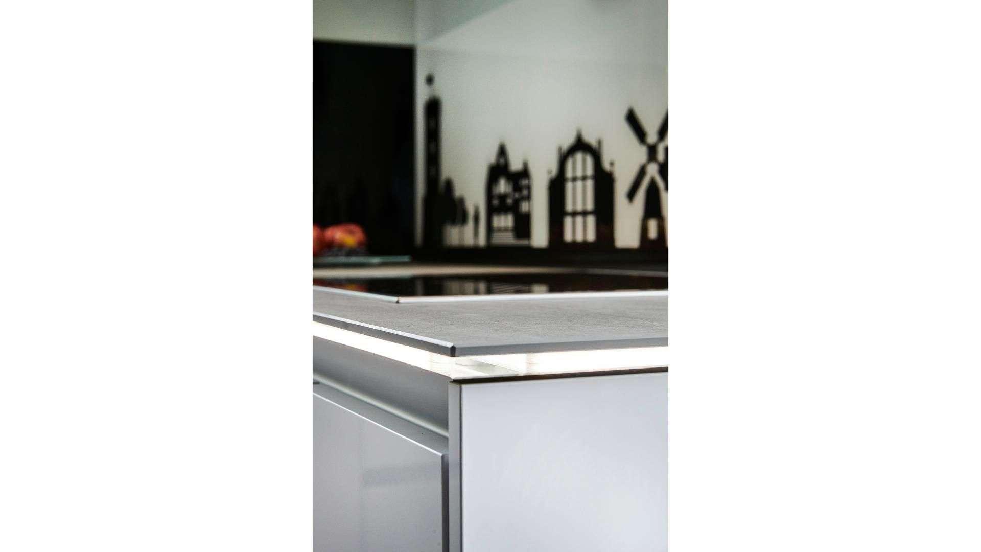 beleuchtete Arbeitsplatte in einer Küche