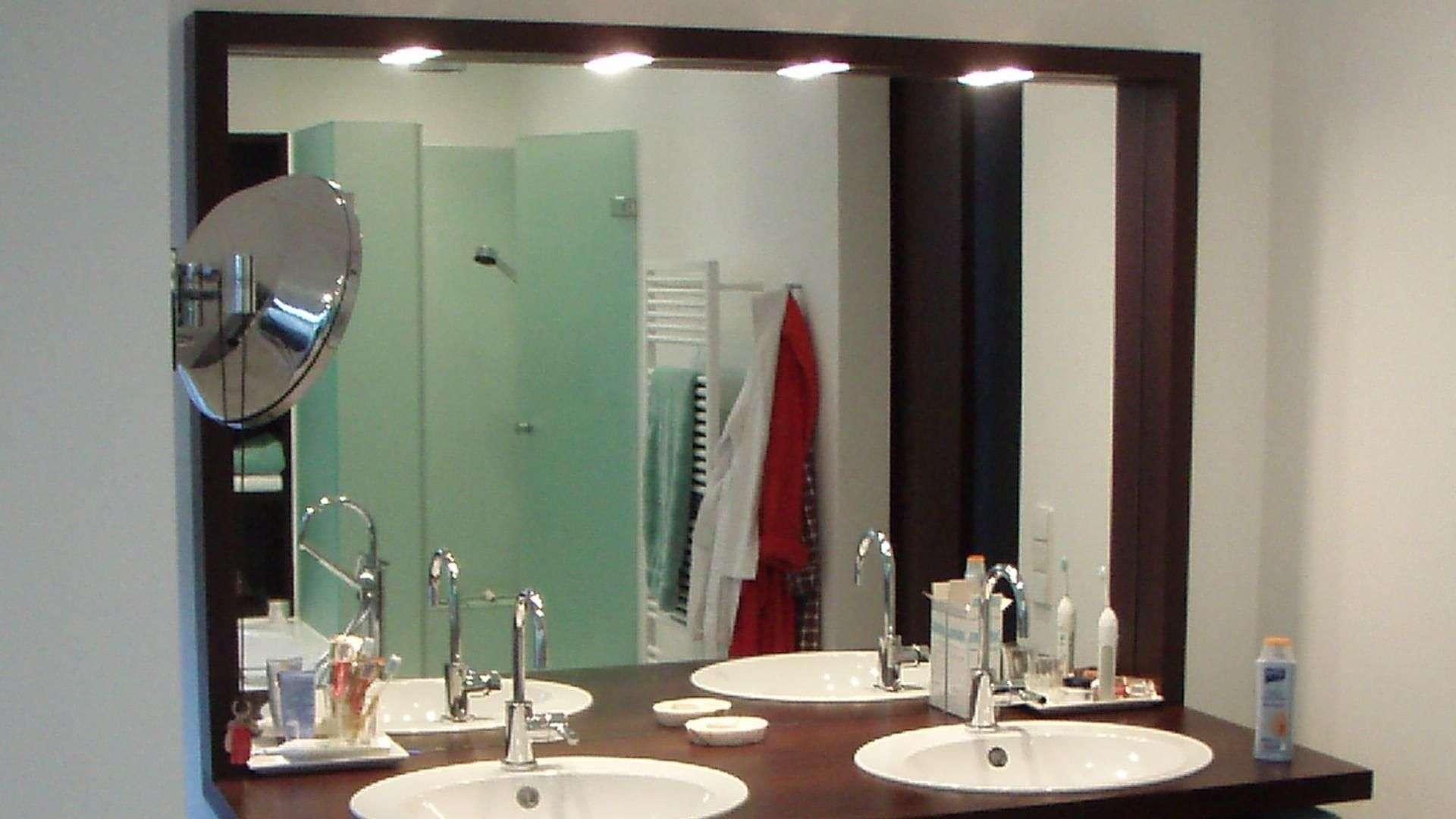 Beleuchtung über einem Spiegel im Badezimmer